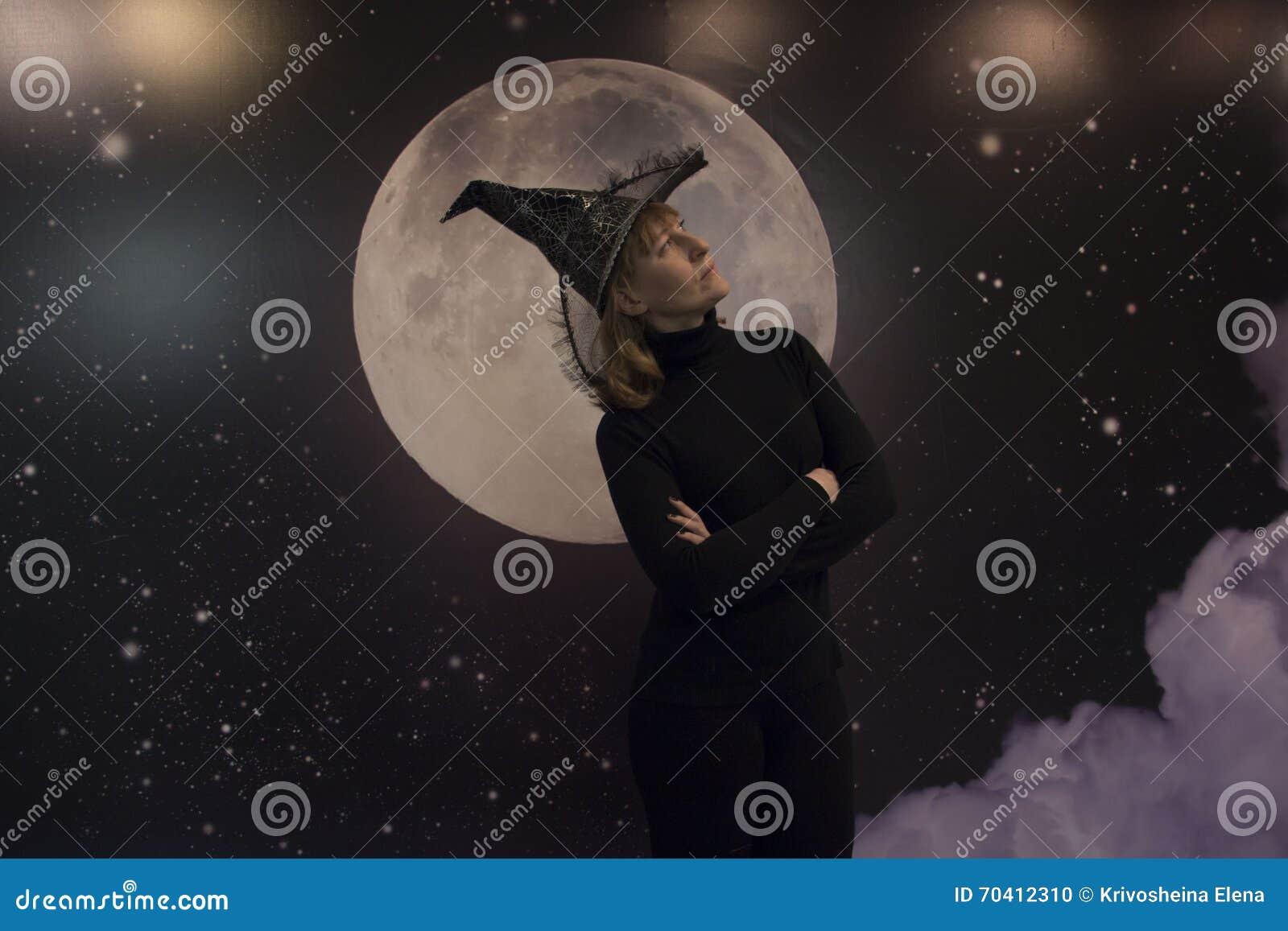 Heks, maan en wolken bij nacht
