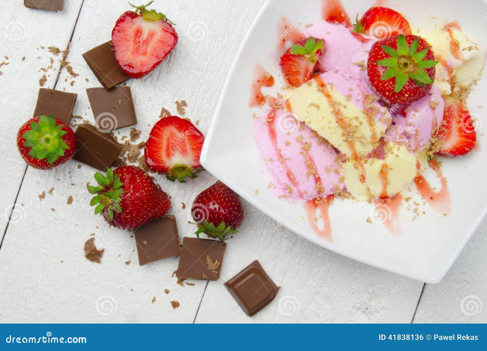 Helado con las fresas y el chocolate
