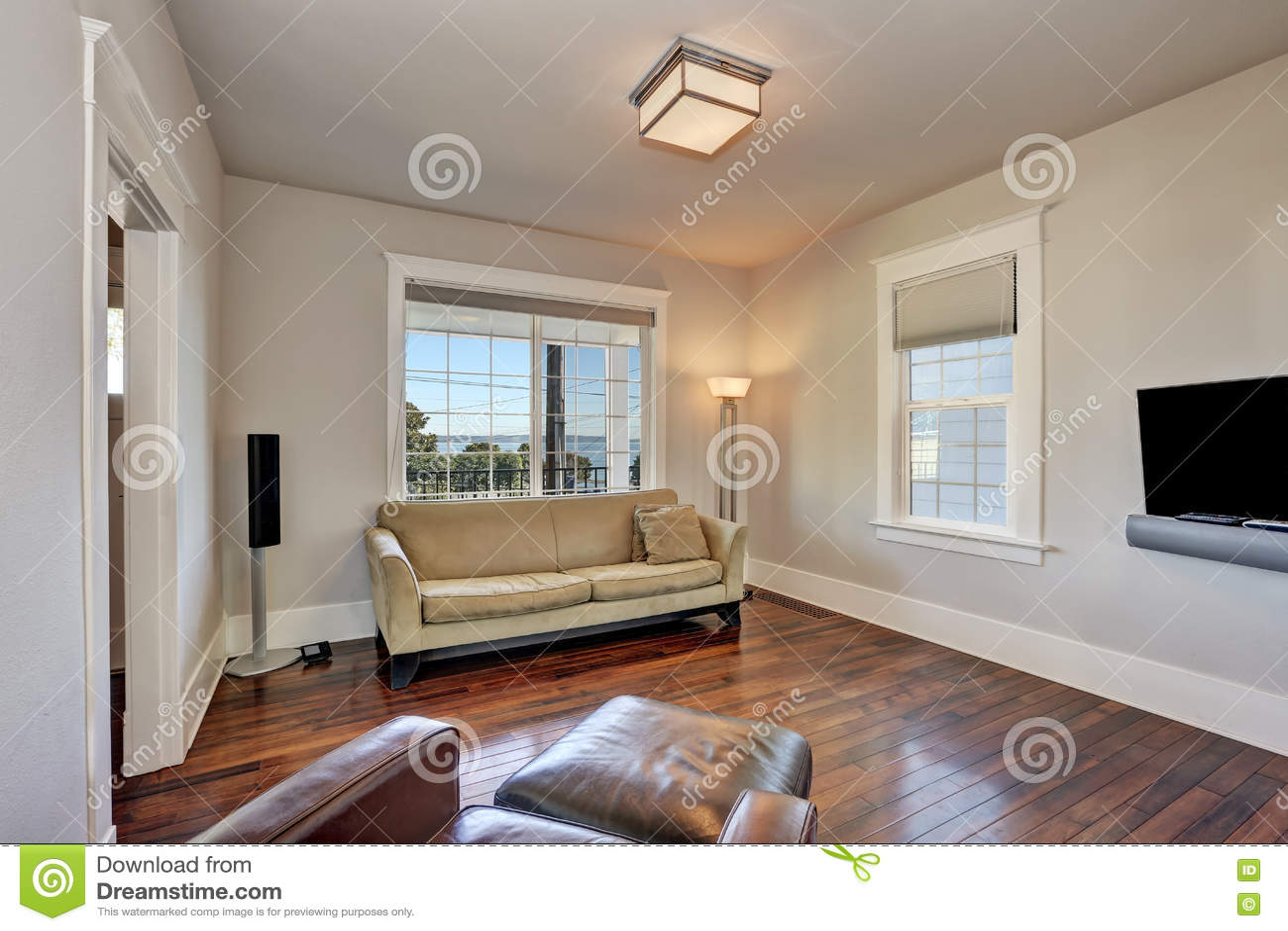 Helder beige woonkamerbinnenland in modern huis stock afbeelding