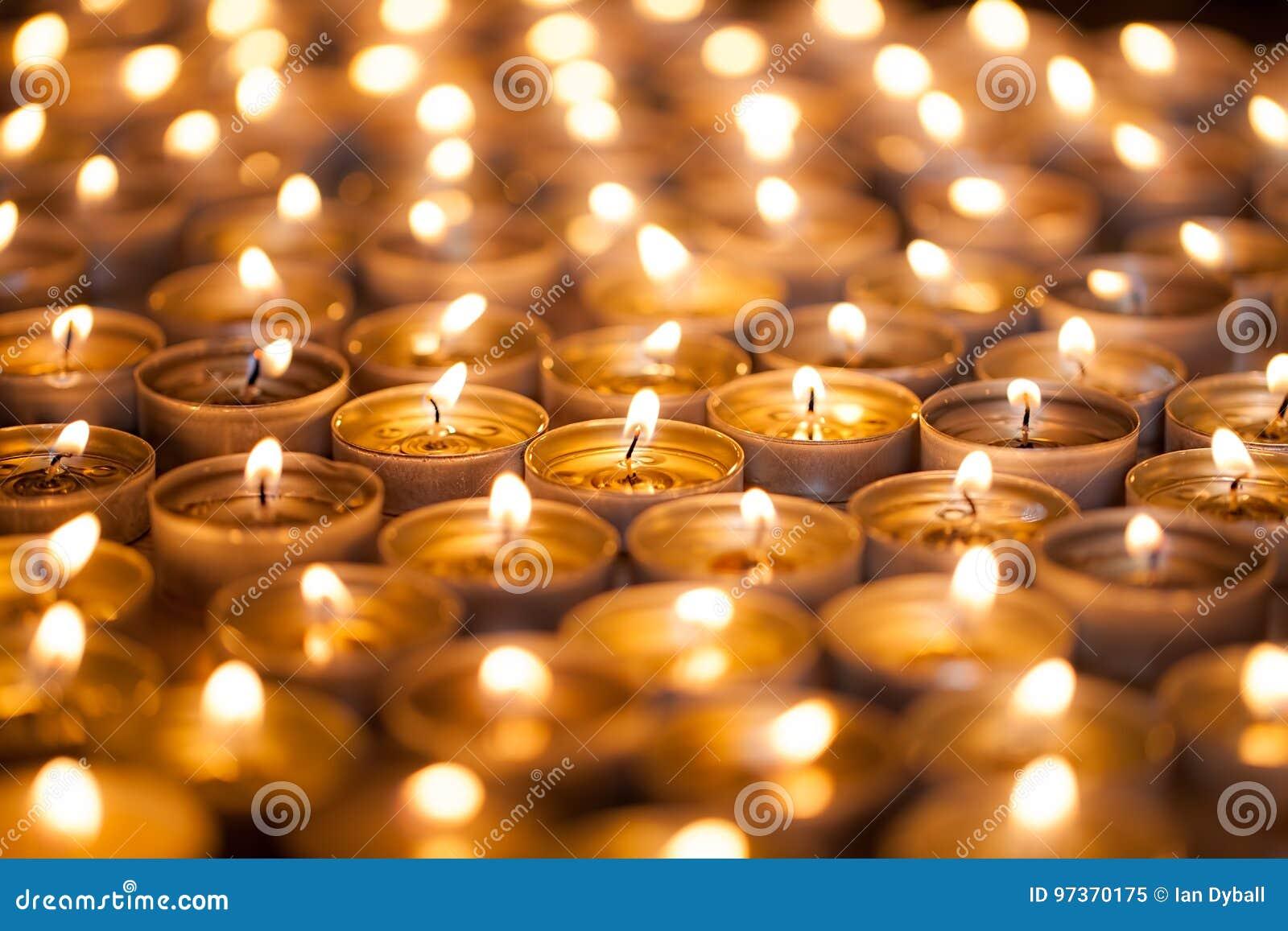 Helder branden Gouden warme gloed van kaarsvlammen Vele beauti