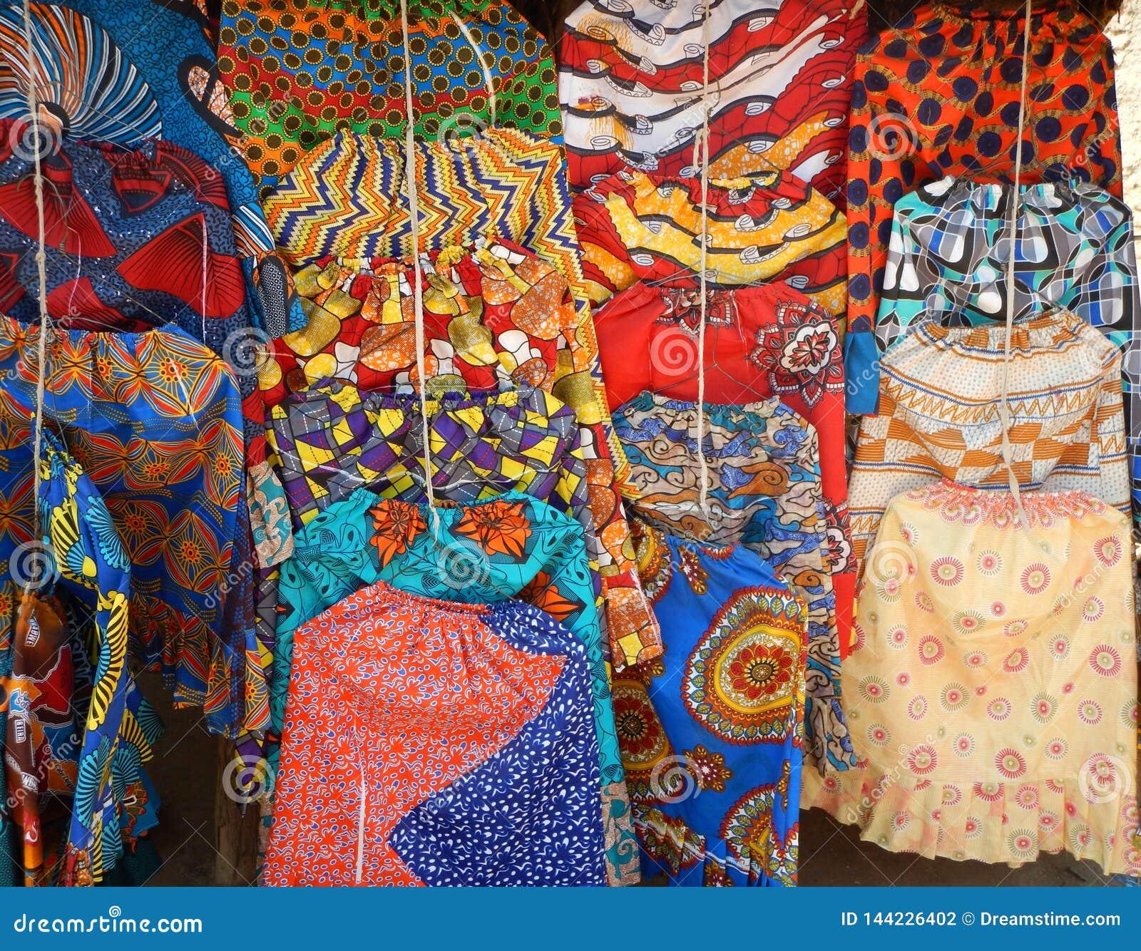 Helder gekleurde en gevormde rokken die in koopvaardijbox hangen
