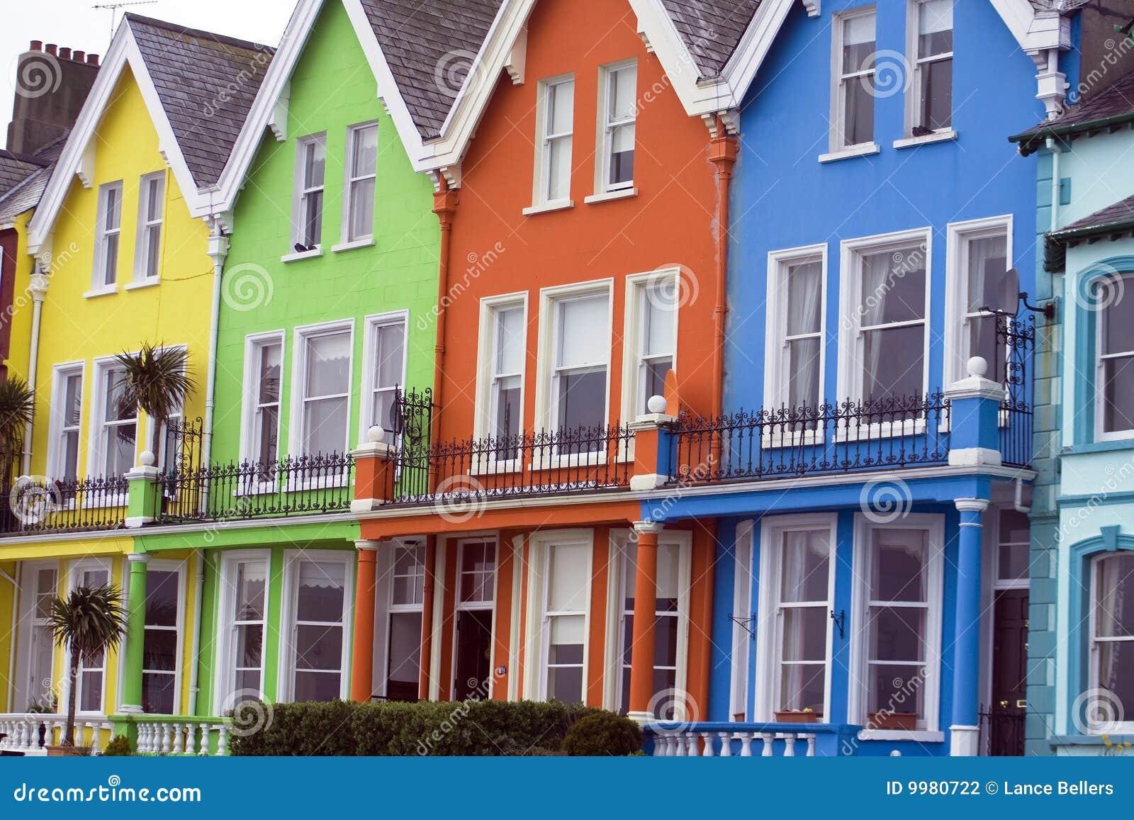 Helder gekleurde huizen stock foto afbeelding bestaande uit groen 9980722 - Foto huizen ...