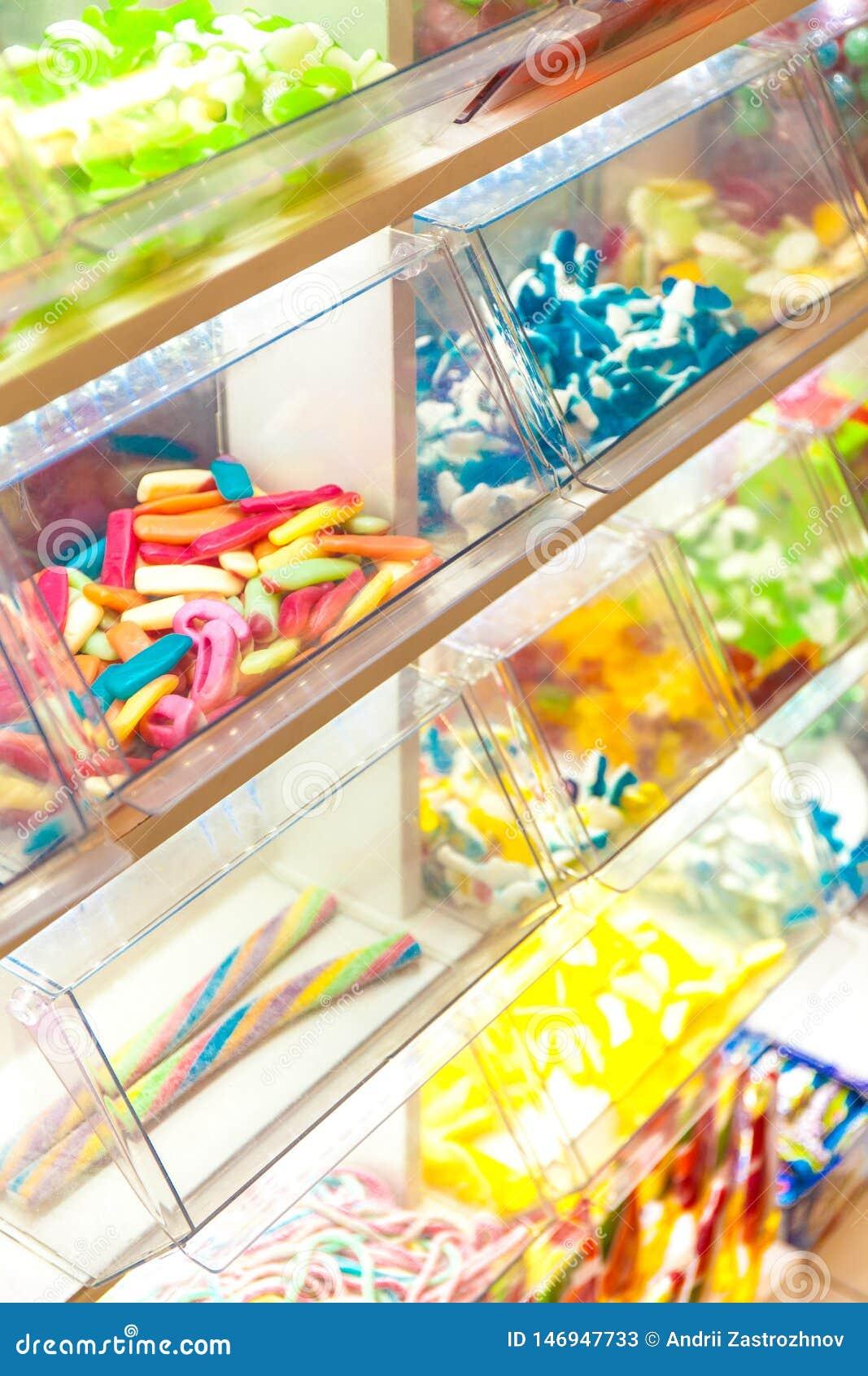 Helder kleurrijk suikergoed in het winkelvenster