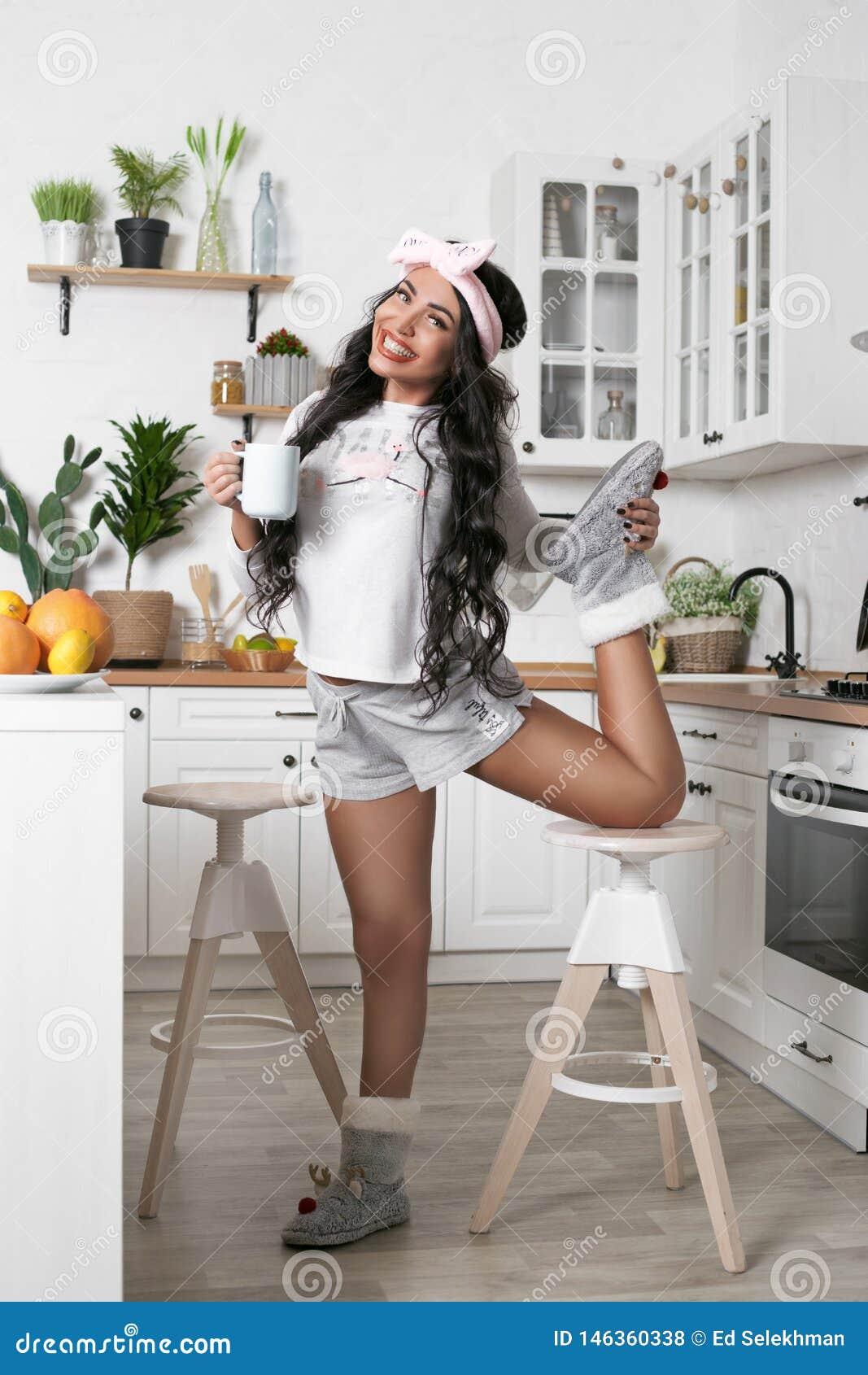 Helder meisje in de keuken