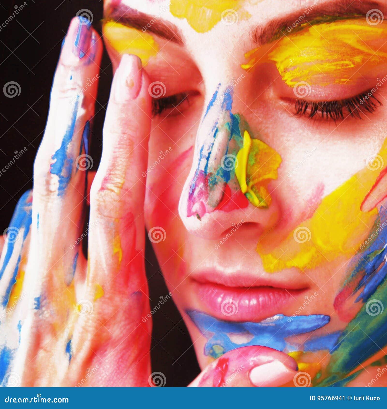 Helder mooi meisje met kunst kleurrijke samenstelling