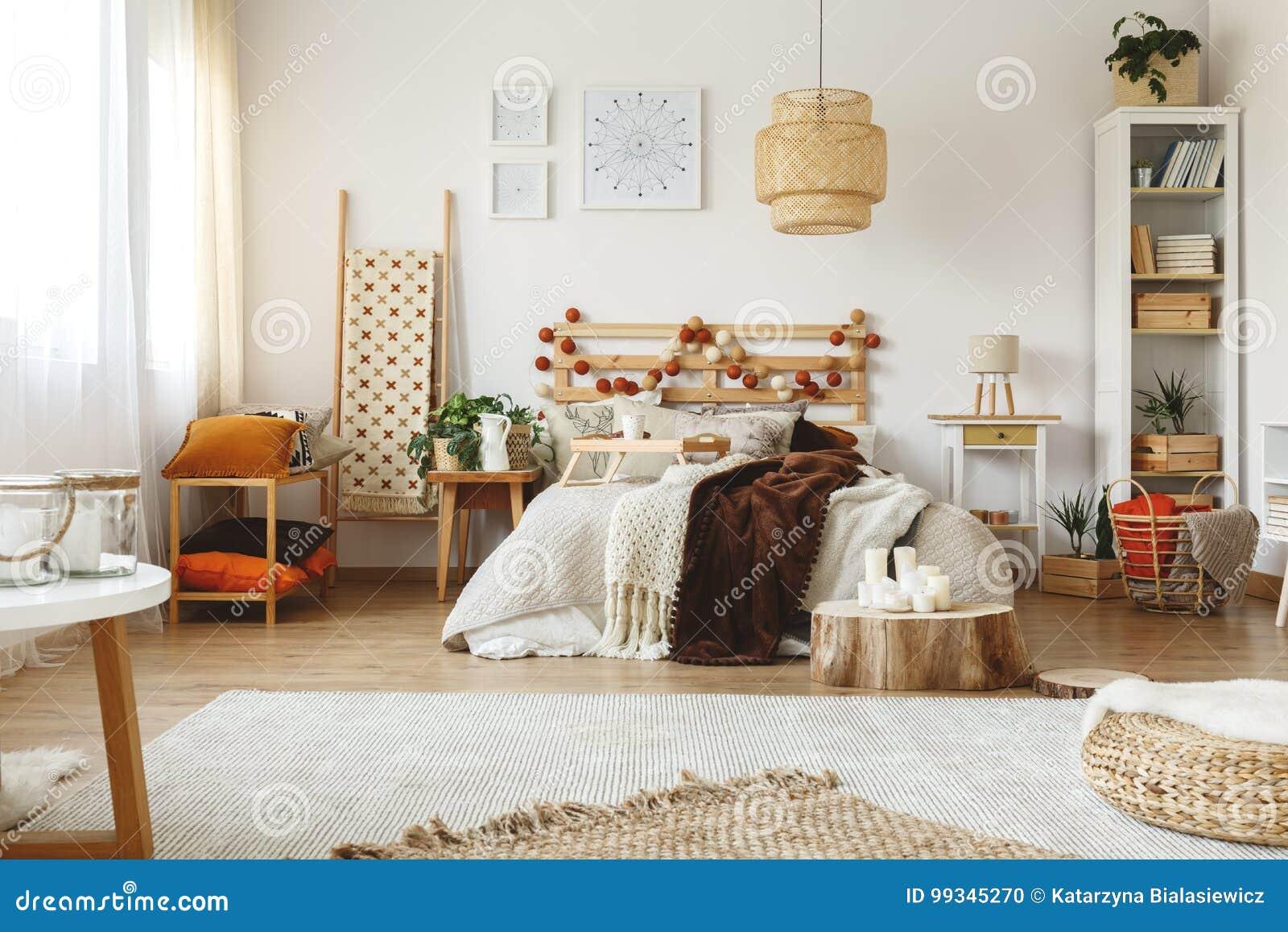 Heldere comfortabele slaapkamer stock foto afbeelding bestaande