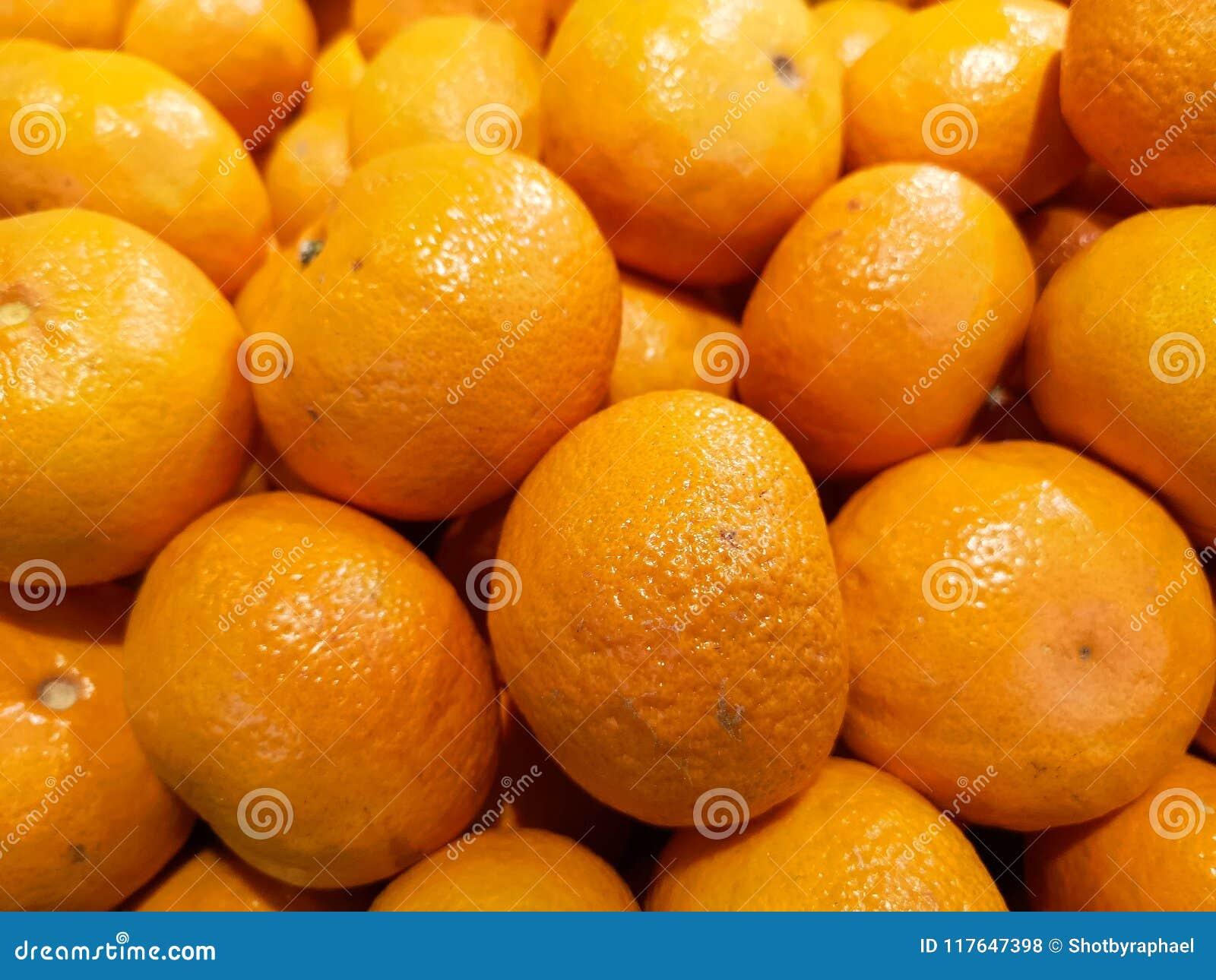 Heldere en sappige die sinaasappelen, bij een lokale markt, klaar om in de dagelijkse kopers` mand worden geplaatst worden getoon