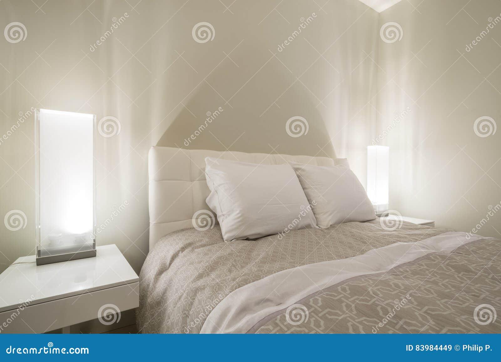 Heldere en schone moderne slaapkamer stock afbeelding afbeelding