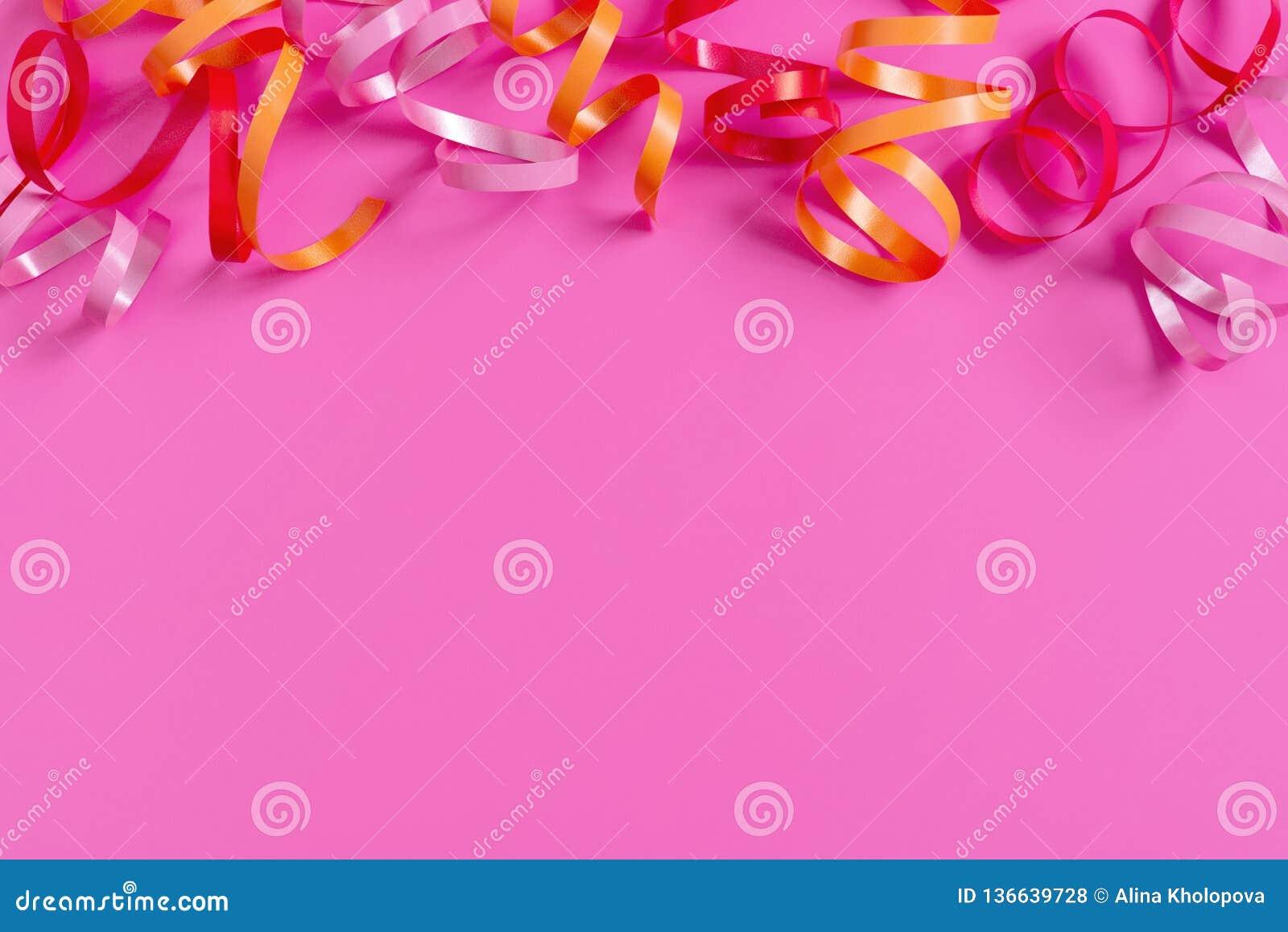 Heldere feestelijke roze achtergrond met wimpels