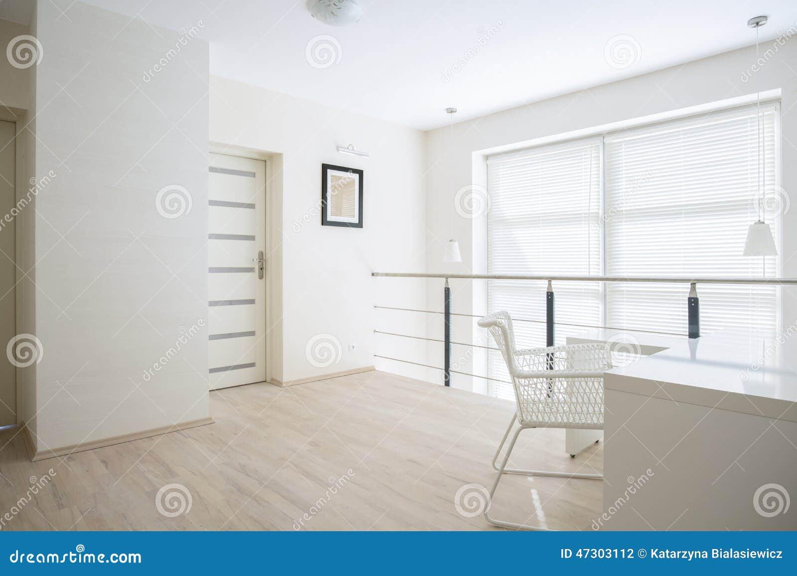 Heldere gang op mezzanine vloer stock foto afbeelding bestaande