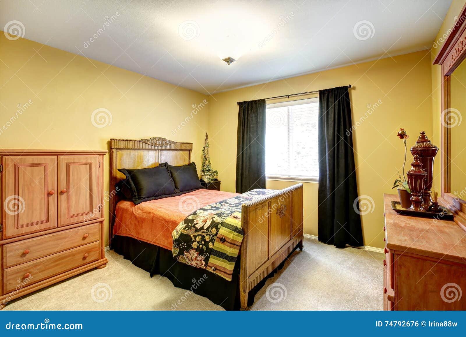Heldere gele slaapkamer met gesneden houten meubilair stock foto afbeelding 74792676 - Houten bed ...