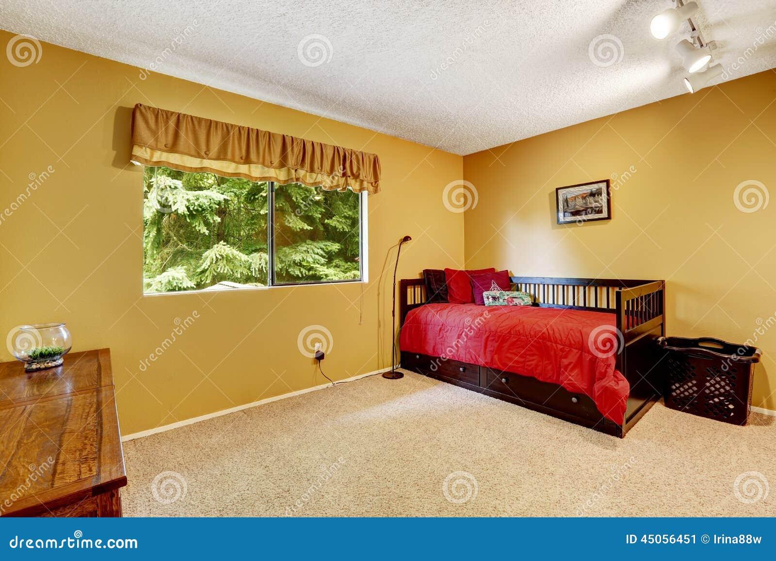 Slaapkamer Rood Zwart : Heldere gele slaapkamer met zwart houten bed stock afbeelding