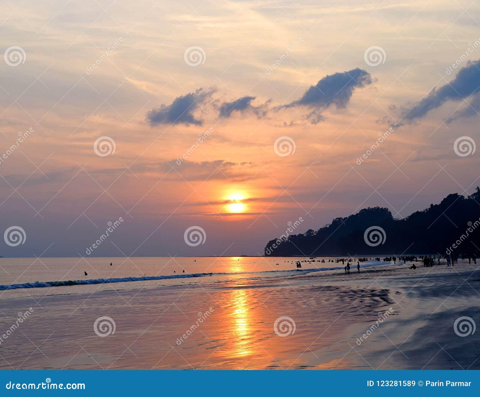 Heldere Gouden Gele Zon die over Oceaan met Kleurrijke Hemel bij Overvol Radhanagar-Strand, Havelock-Eiland, Andaman, India plaat