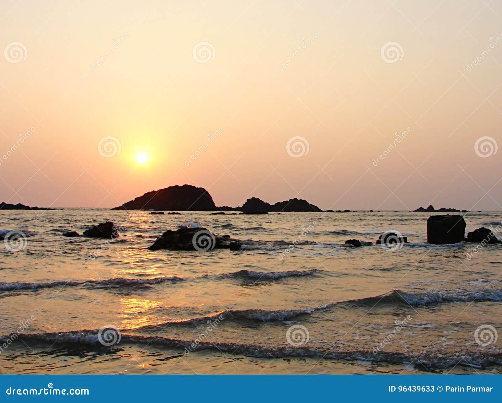 Heldere Gouden Zon in Avond over Overzees in Muzhappilangad aandrijving-in Strand, Kannur, Karala, India - Natuurlijke Achtergron