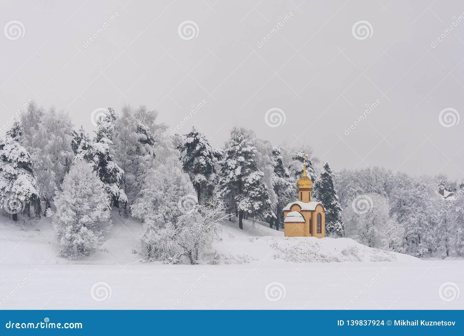 Heldere kapel in het koude bos