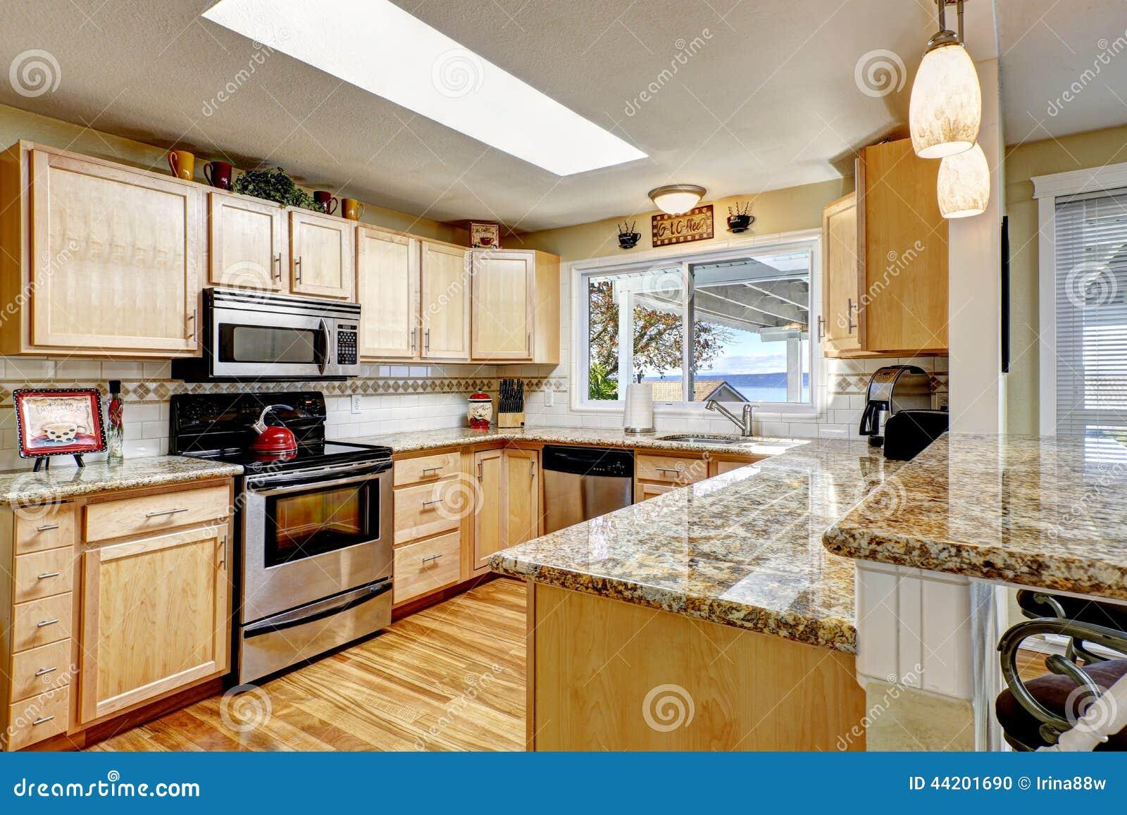 Keuken Met Dakraam : Heldere keuken met granietbovenkanten en dakraam stock foto
