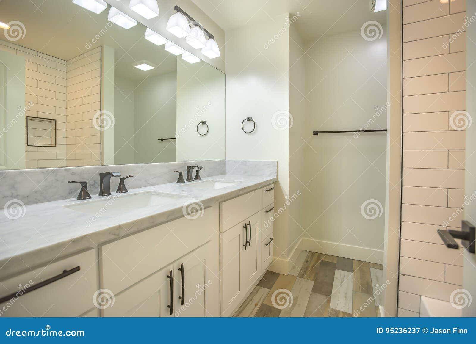 Marmeren Badkamer Vloer : Heldere open witte lichte badkamers met marmeren tellers en houten