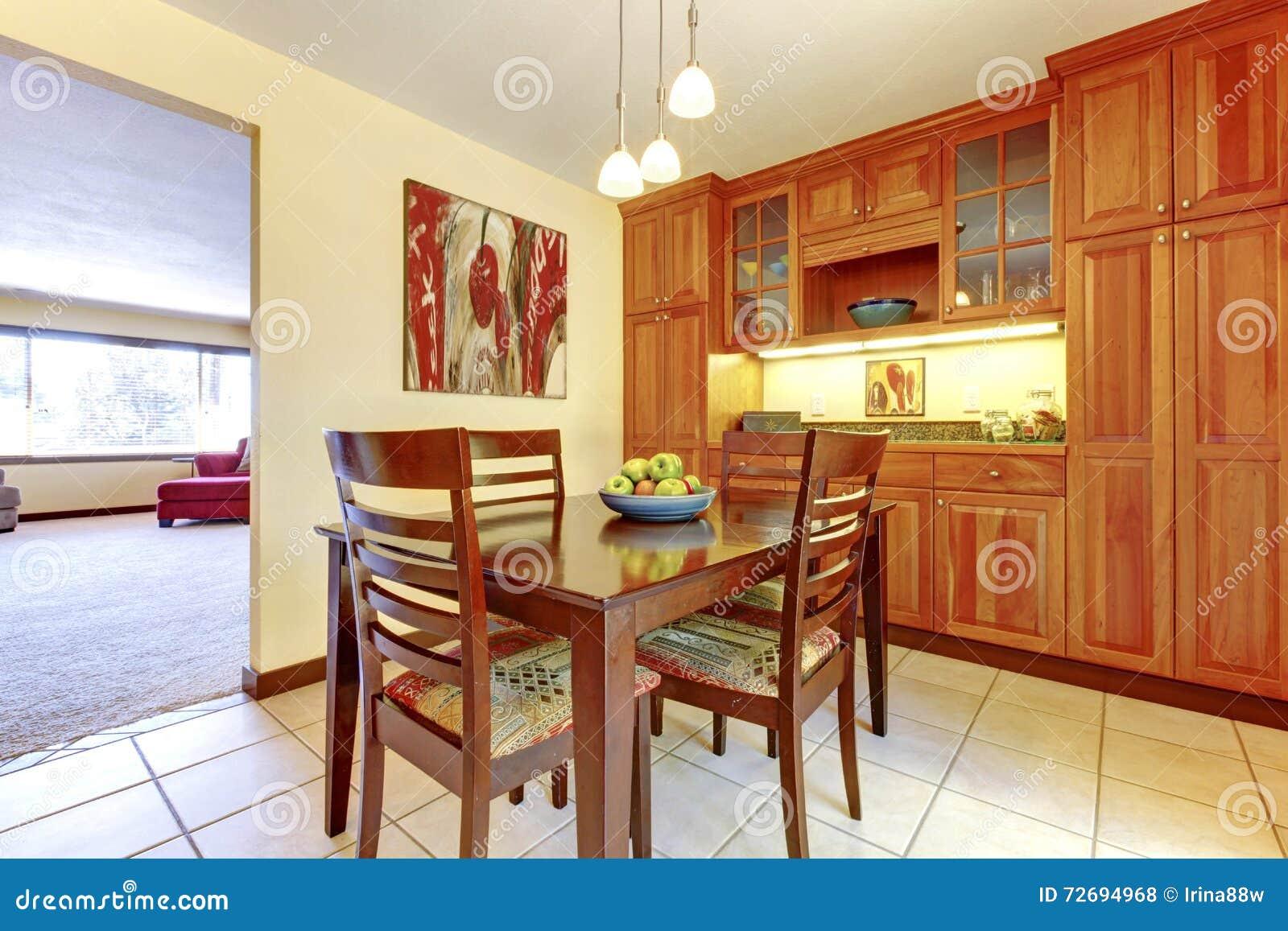 Oranje eetkamer met houten vloer en keuken. stock foto's ...