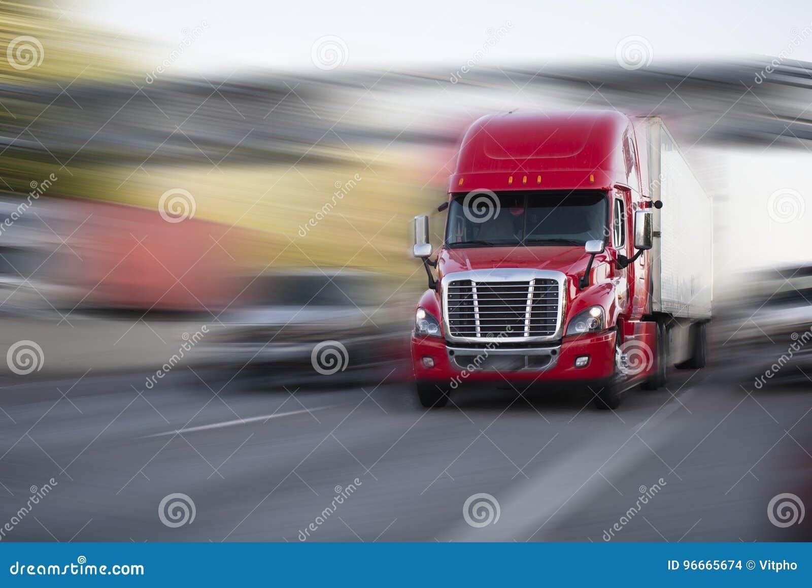 Heldere rode moderne grote installatie semi vrachtwagen met semi aanhangwagenbeweging met