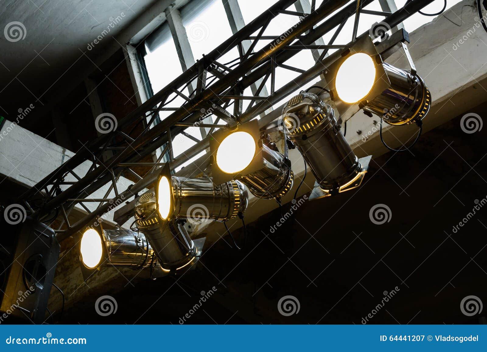 Heldere schijnwerpers in bijlage aan een staalkader Horizontale mening van