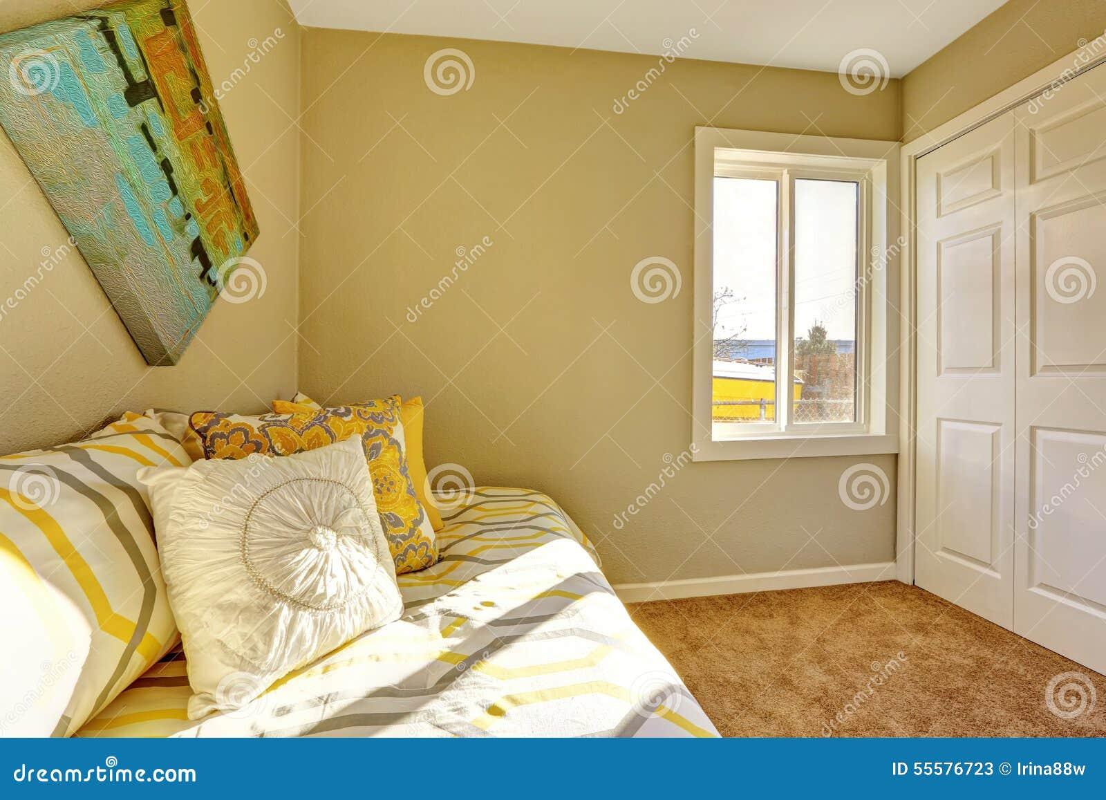 Heldere slaapkamer met beige muren stock foto   afbeelding: 55576723