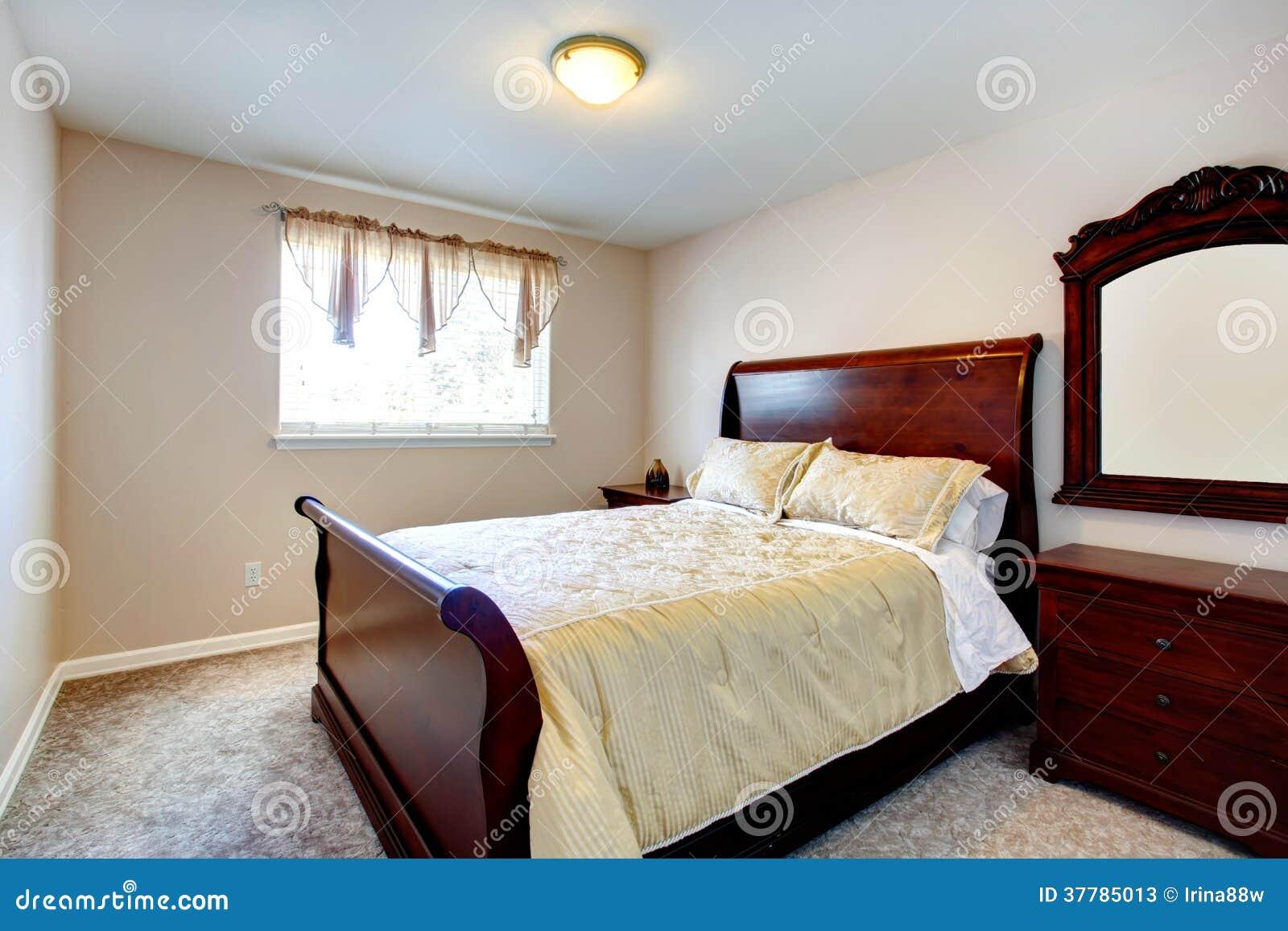 Design Slaapkamer Meubilair : Heldere slaapkamer met kersen houten meubilair stock afbeelding