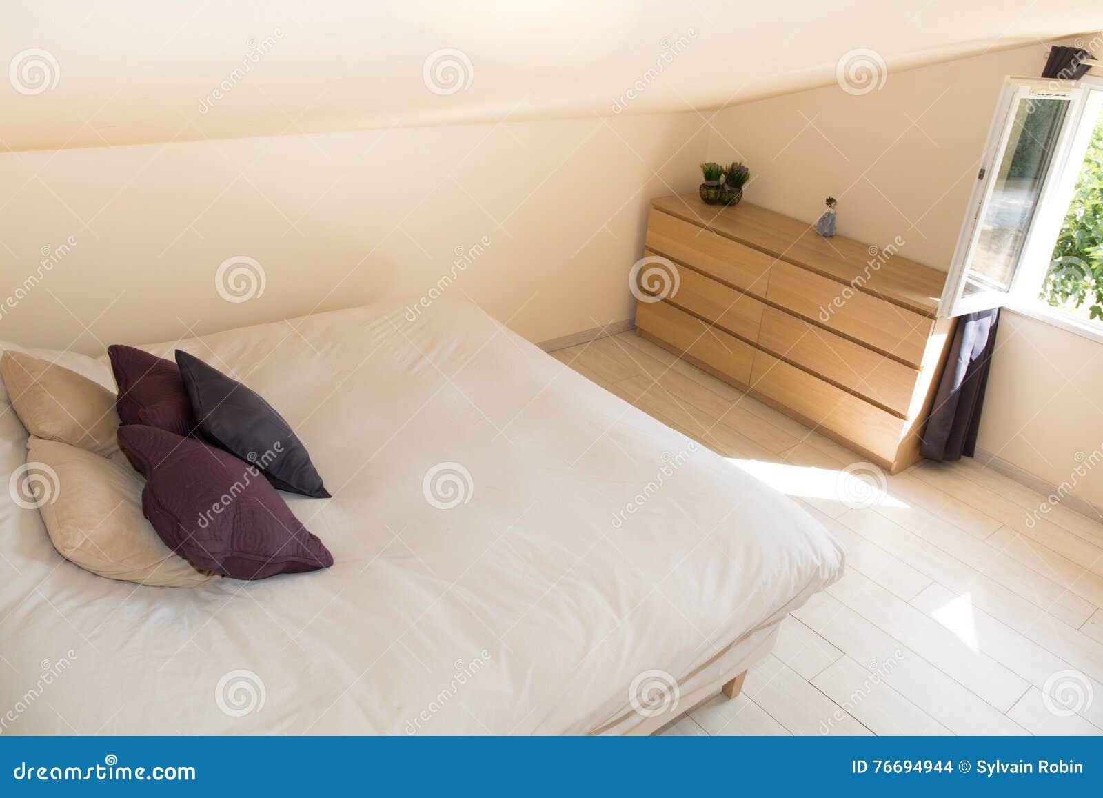 Slaapkamer Op Zolder : Heldere slaapkamer in zolder met groot bed stock foto afbeelding