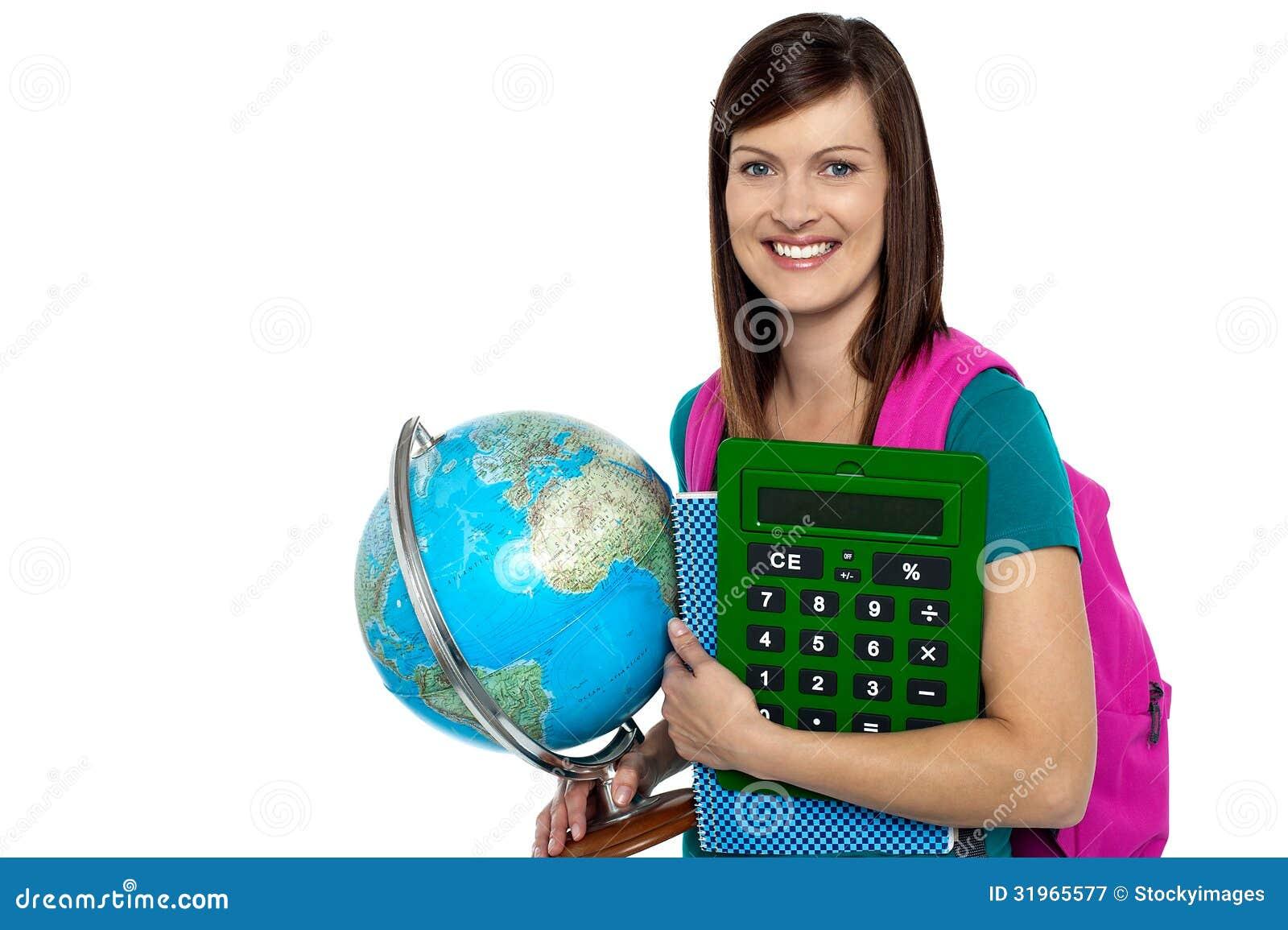 Heldere universitaire student die een glimlach dragen