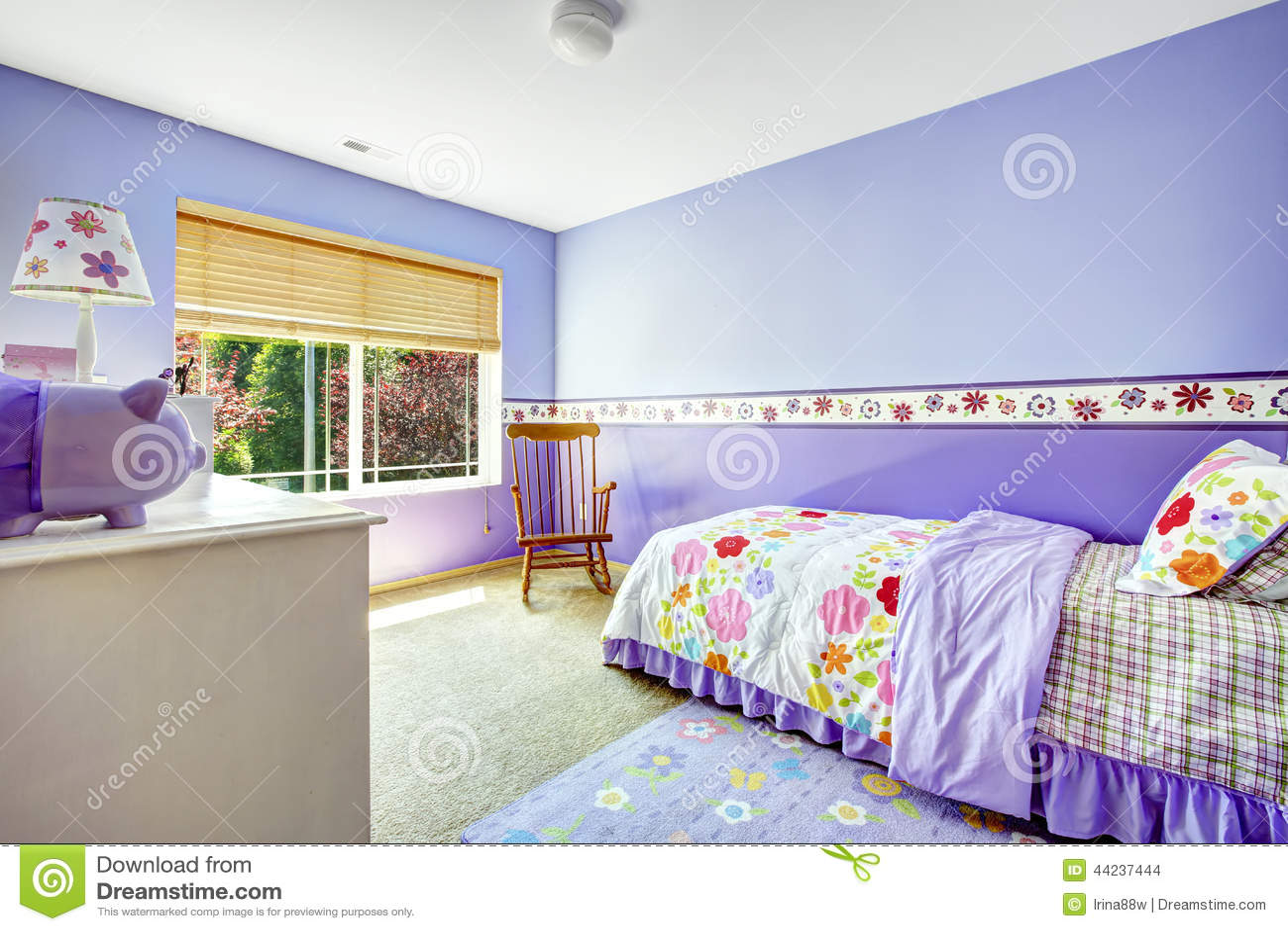 Heldere vrolijke slaapkamer in purpere kleur met kleurrijk ...