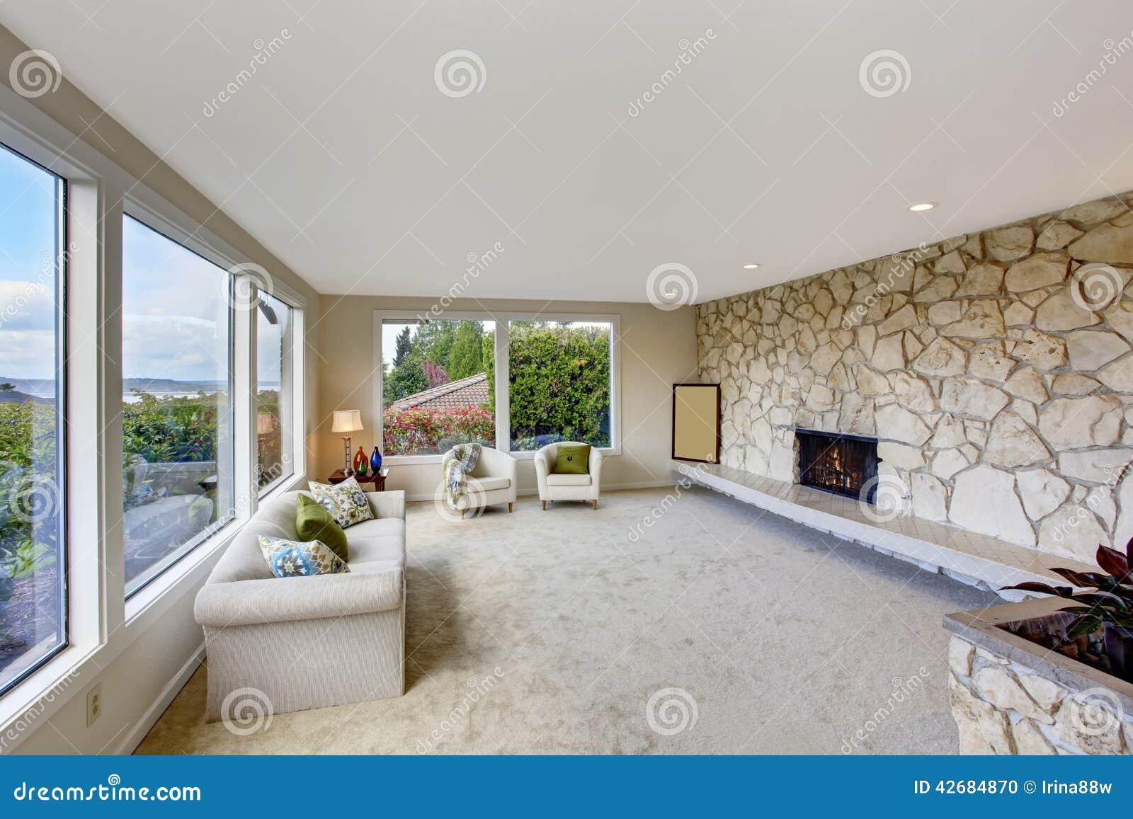 Heldere woonkamer met de versiering en de open haard van de rotsmuur stock foto afbeelding for Decor ingang
