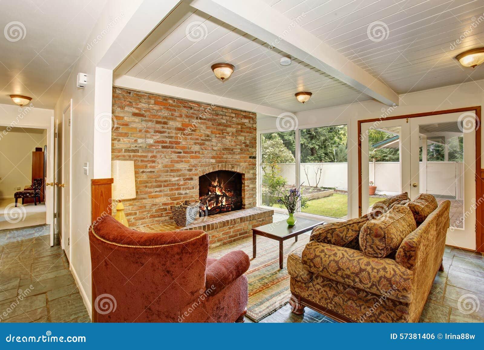 Heldere woonkamer met de vloer van de steentegel