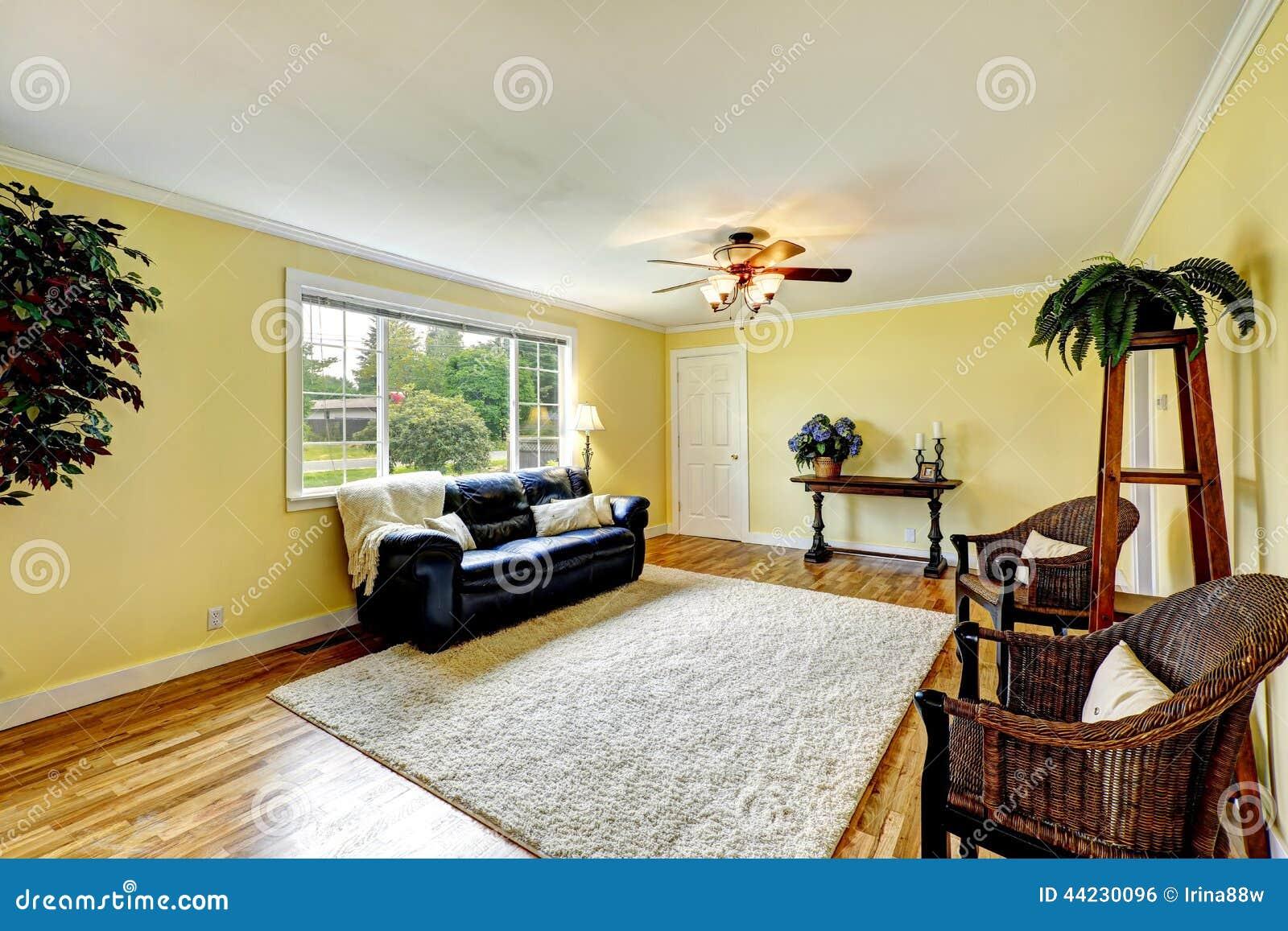 Gele muur woonkamer 57 images woonkamer met bruine bank en gele stoel stock afbeelding - Grijze en rode muur ...