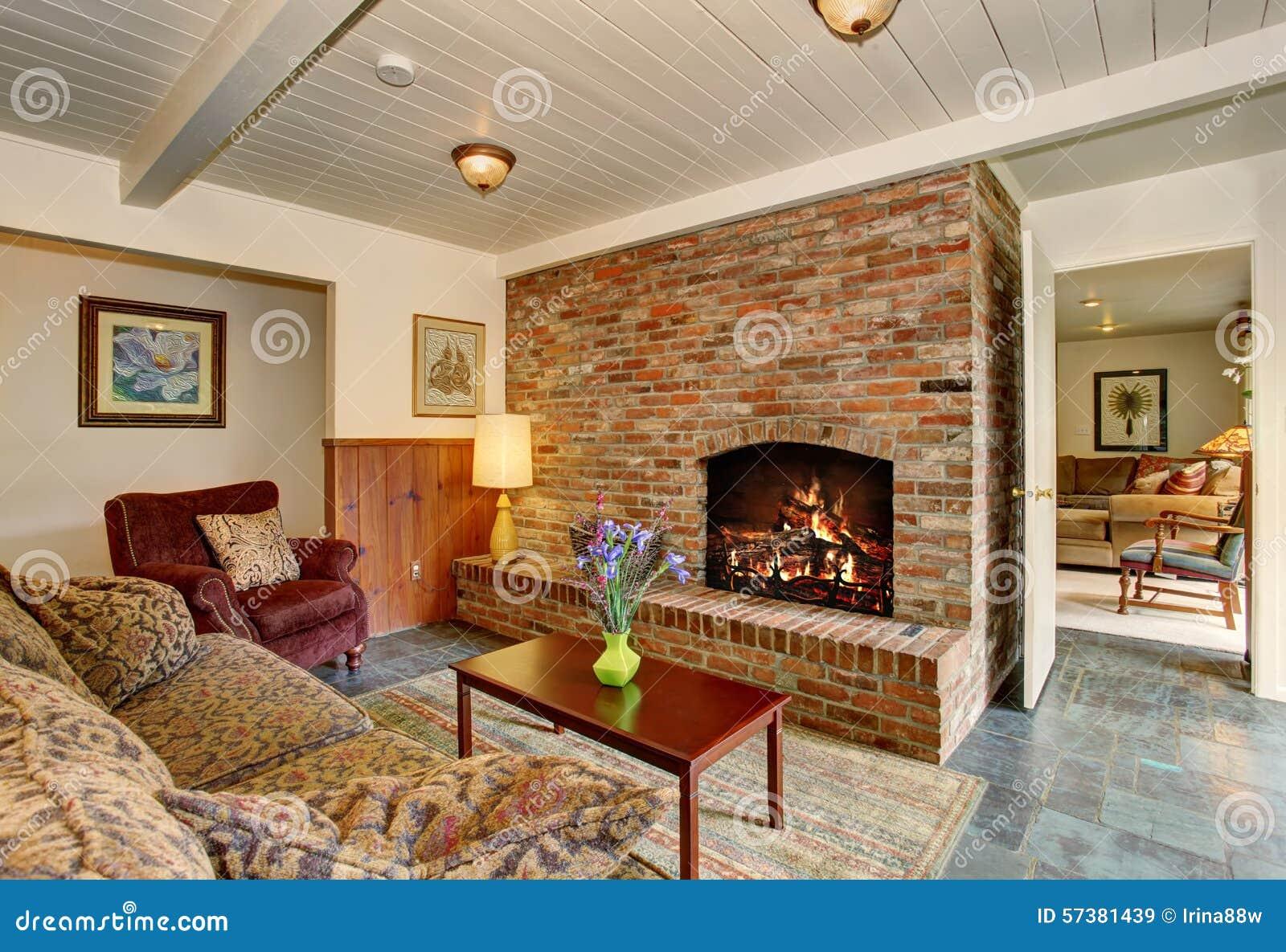 Heldere woonkamer met steentegel Flor