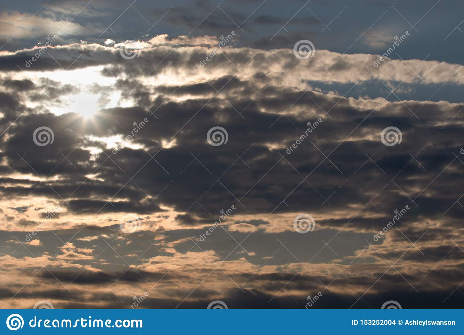 Heldere Zonhemel en Wolken in Avond