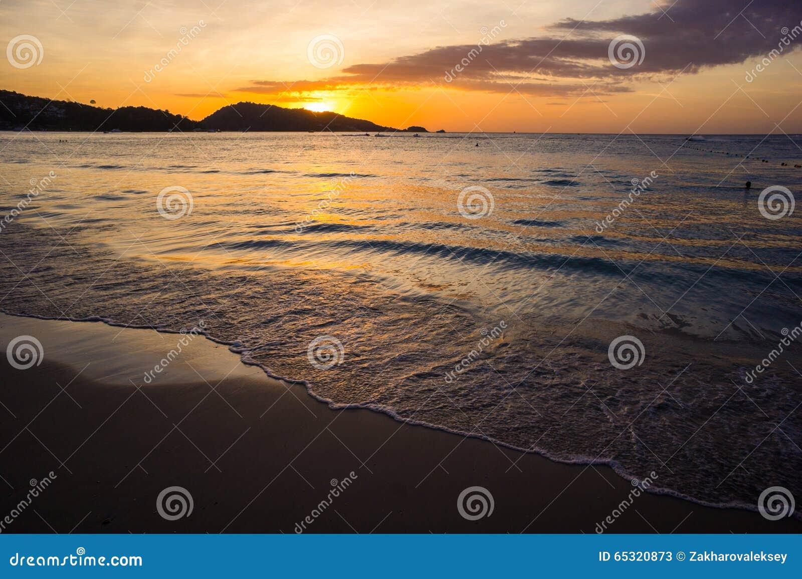 Heldere zonsondergang bij het overzees