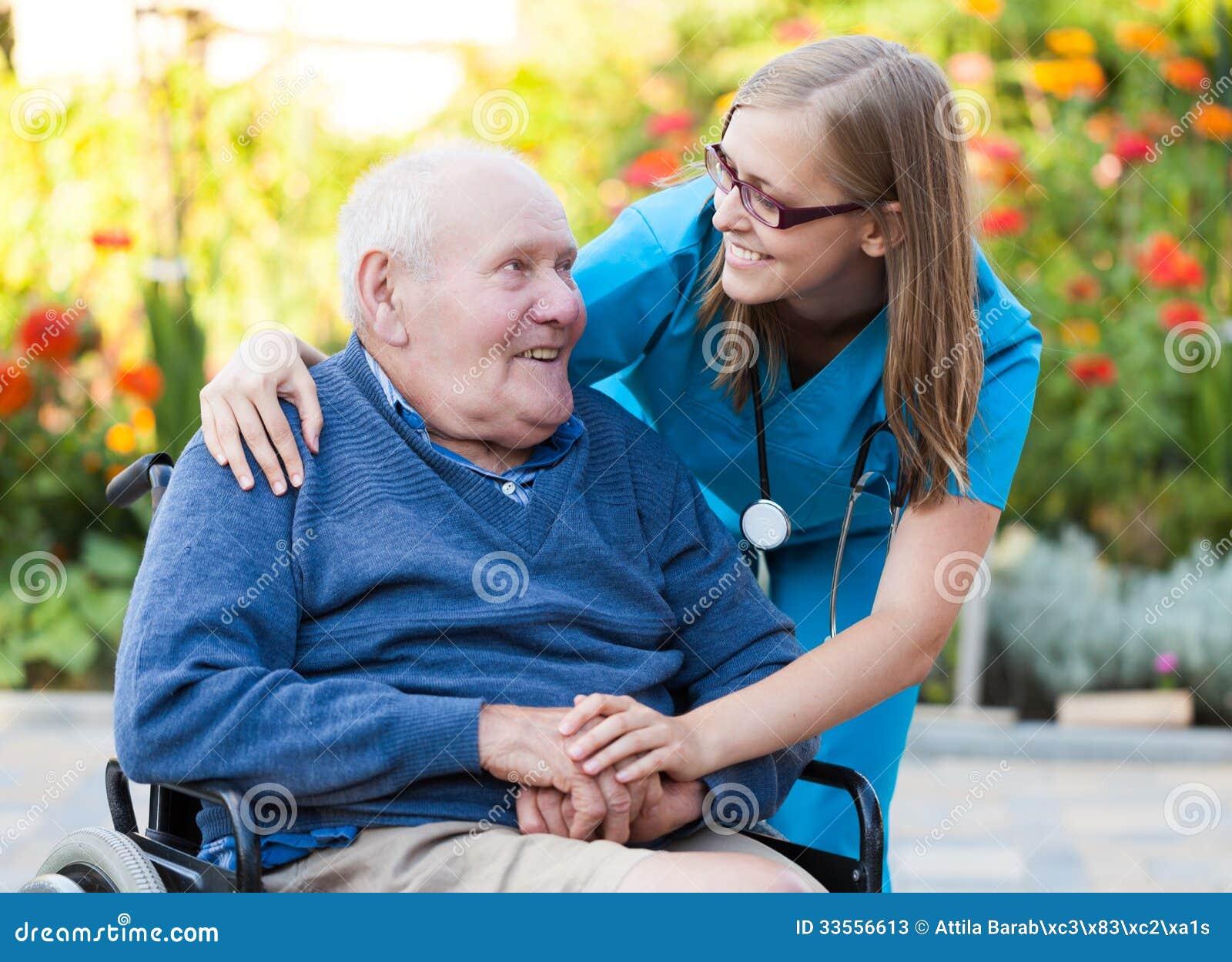 Helfen eines alten Mannes