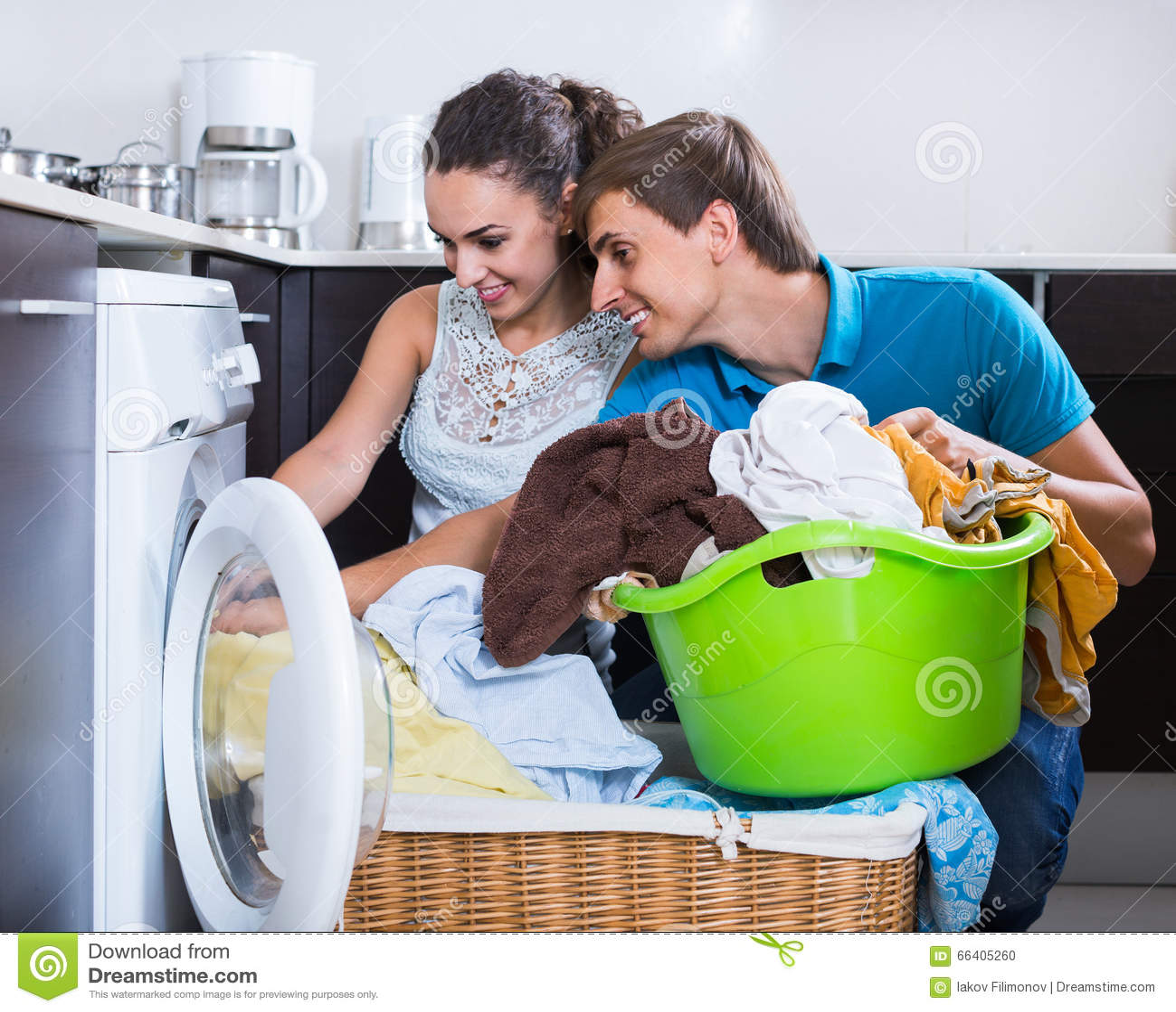 helfende hausfrau des ehemanns zum der waschmaschine zuhause zu benutzen stockfoto bild 66405260. Black Bedroom Furniture Sets. Home Design Ideas