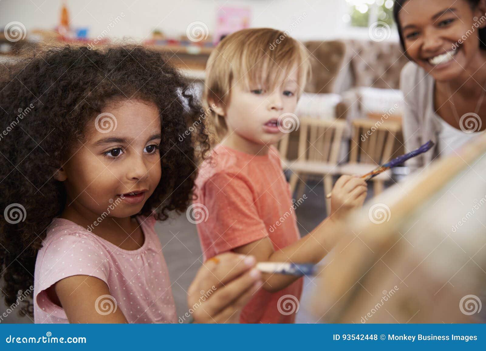 Helfende Kinder Lehrer-At Montessori Schools in Art Class