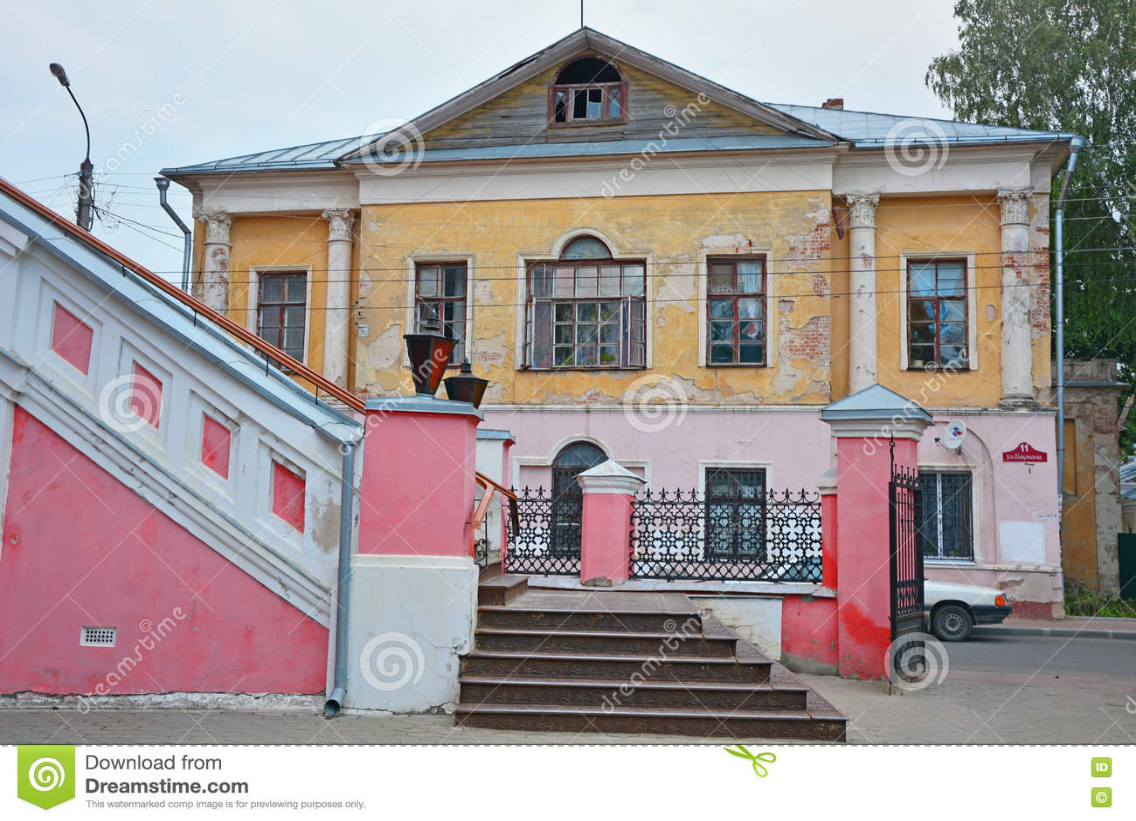 Helft-geruïneerde kamers van de kleinhandelaarster Faleeva in Kaluga-stad, Rusland