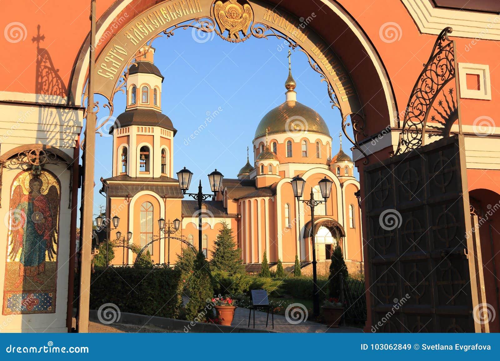 Helgedom-Alikseevskynunnekloster i staden av Saratov