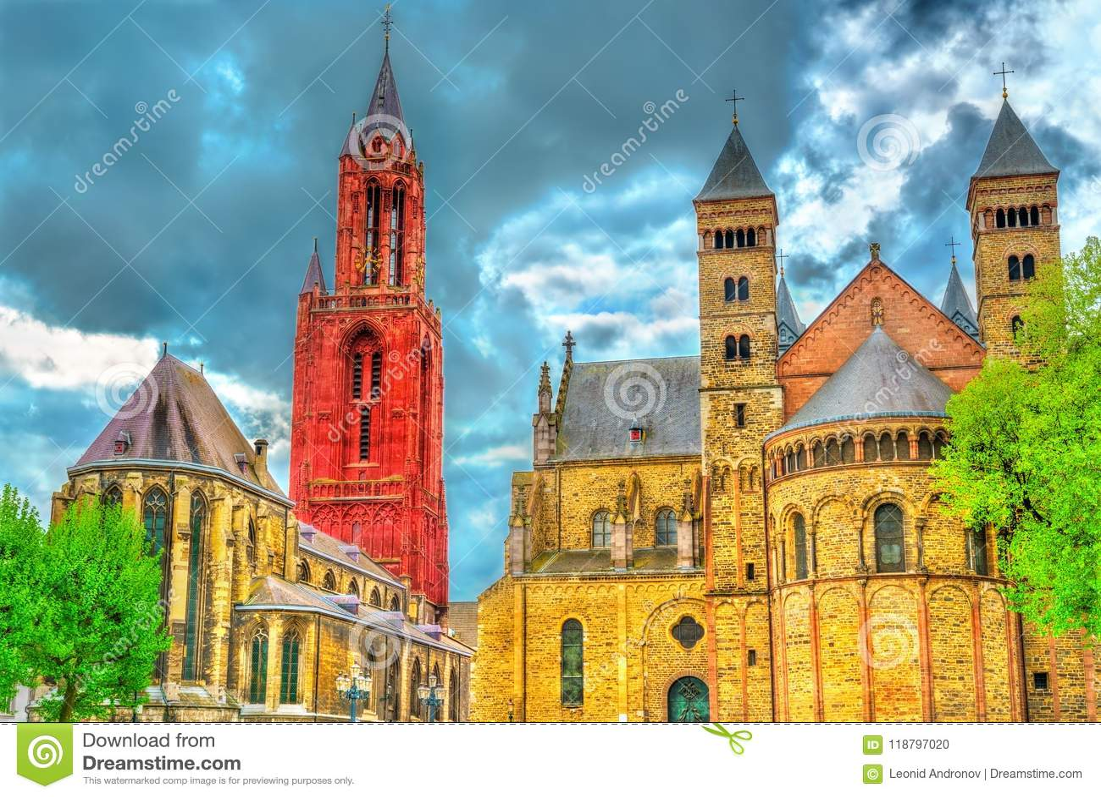 Helgonet Servatius Basilica och St John Church på Vrijthof kvadrerar i Maastricht, Nederländerna