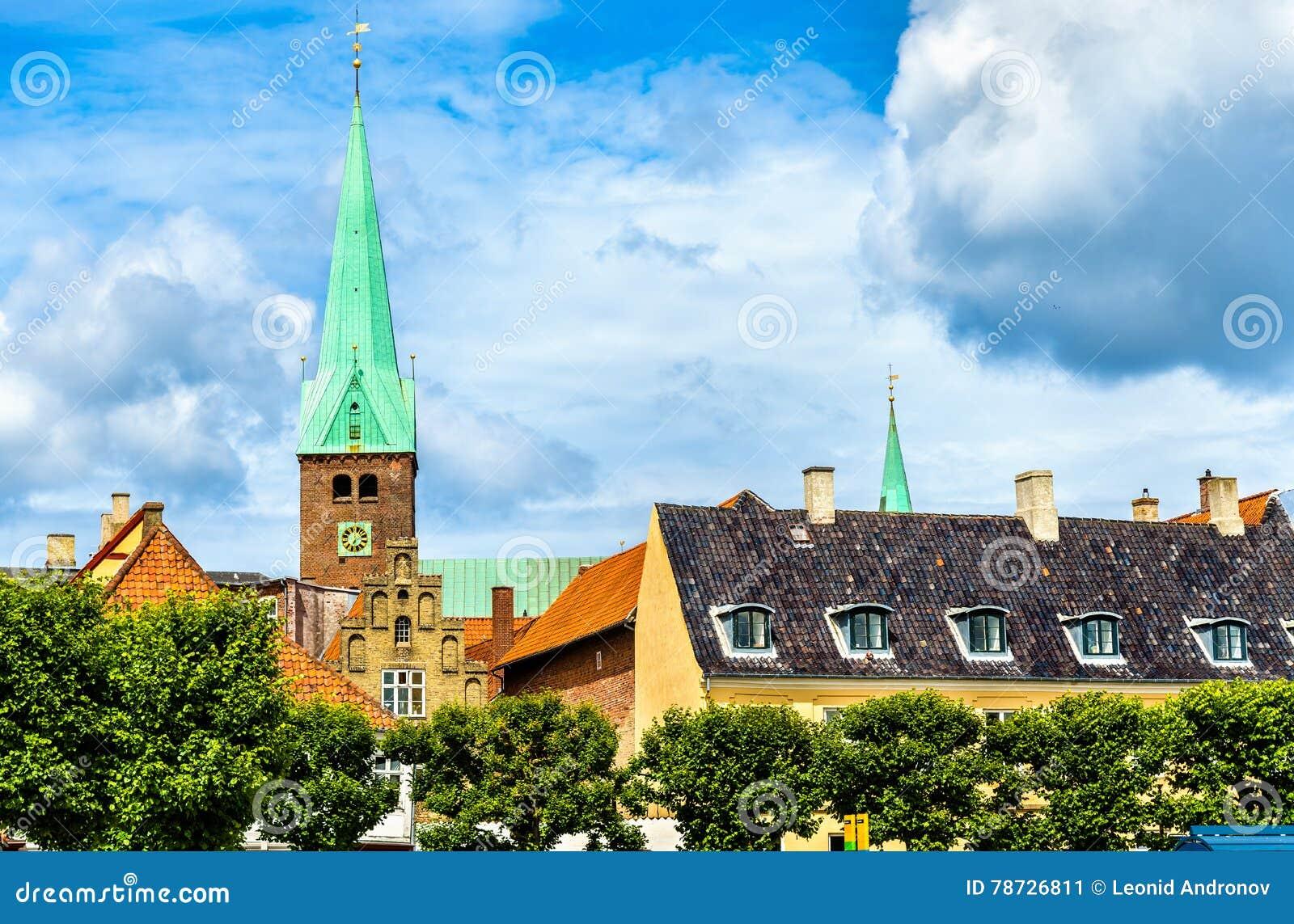 HelgonOlaf domkyrka i den gamla staden av Helsingor - Danmark