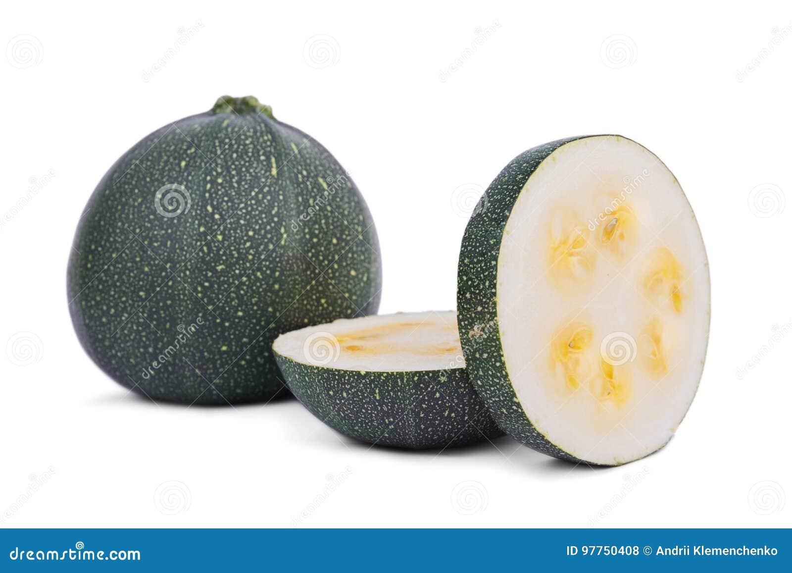 Helhet och klippt zucchini som isoleras på en vit bakgrund Naturlig grön zucchini Grönsaker mycket av näringsrika vitaminer