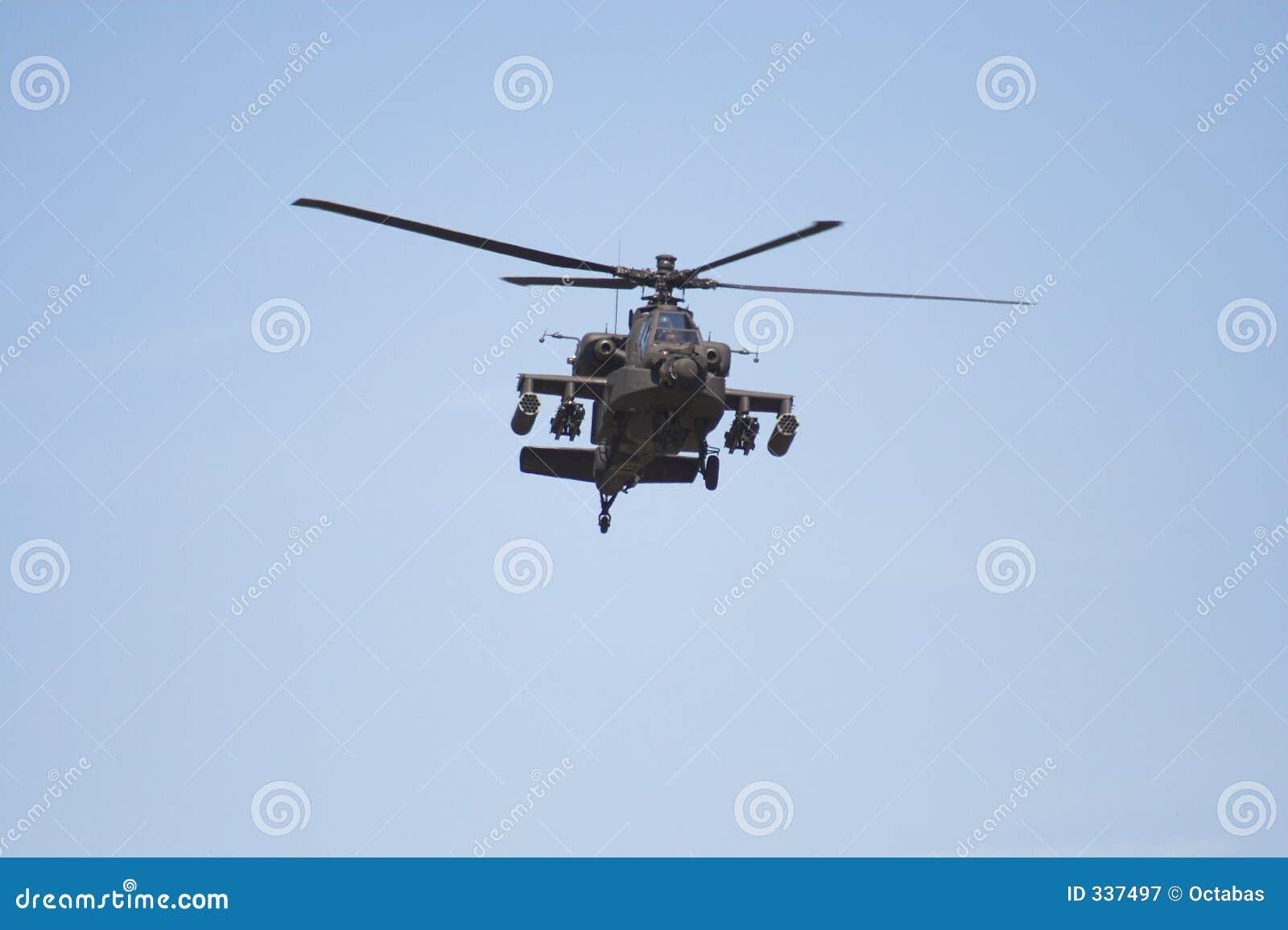 Helicóptero de Apache en vuelo
