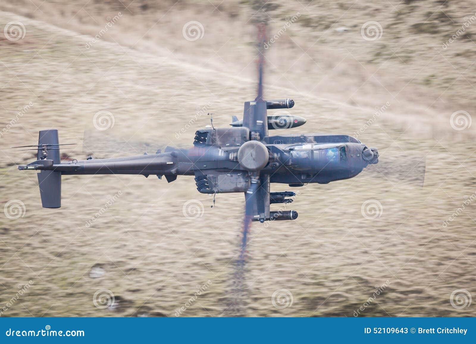 Helicóptero de Apache no vôo