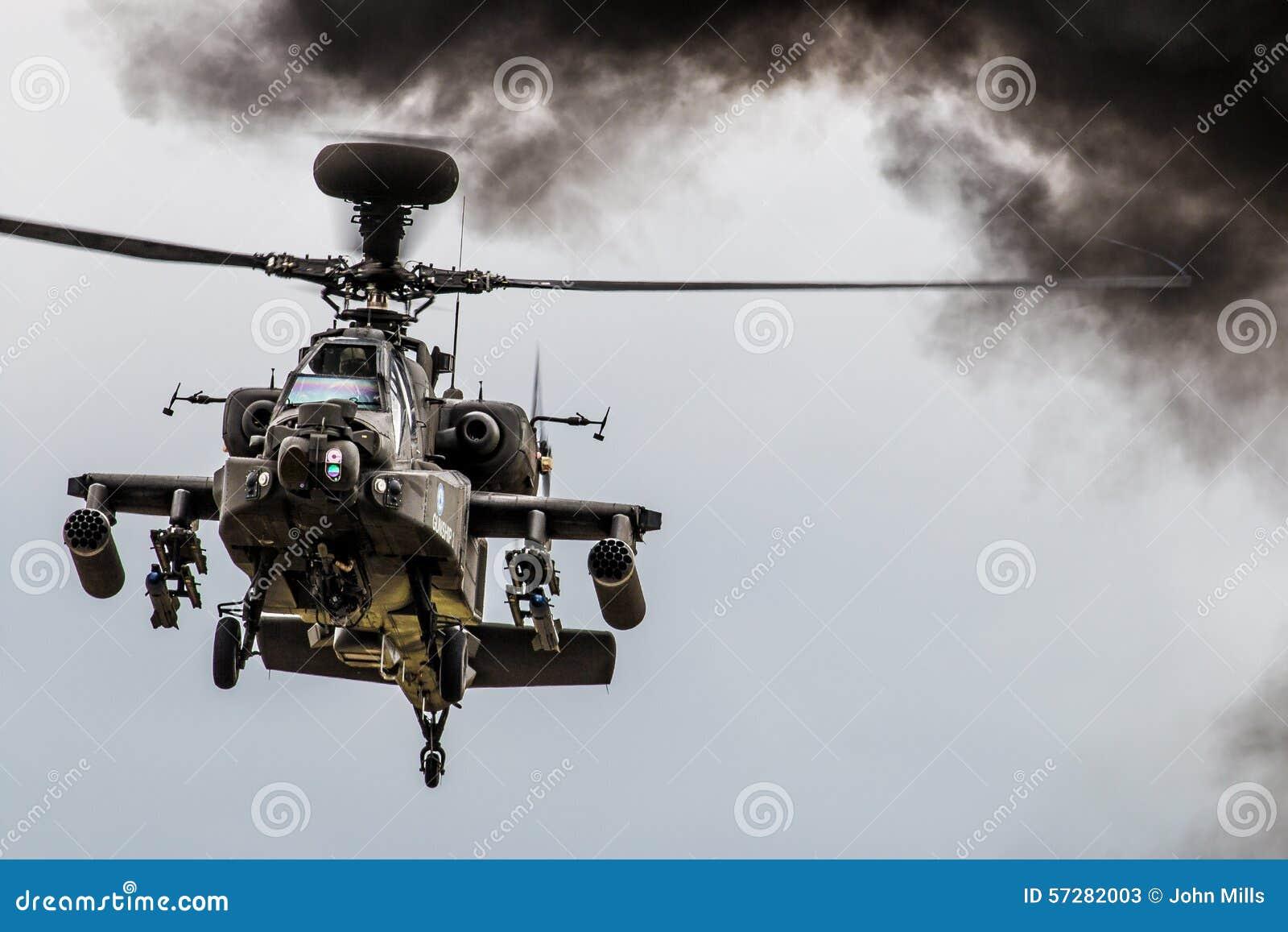 Helicóptero de Apache que paira