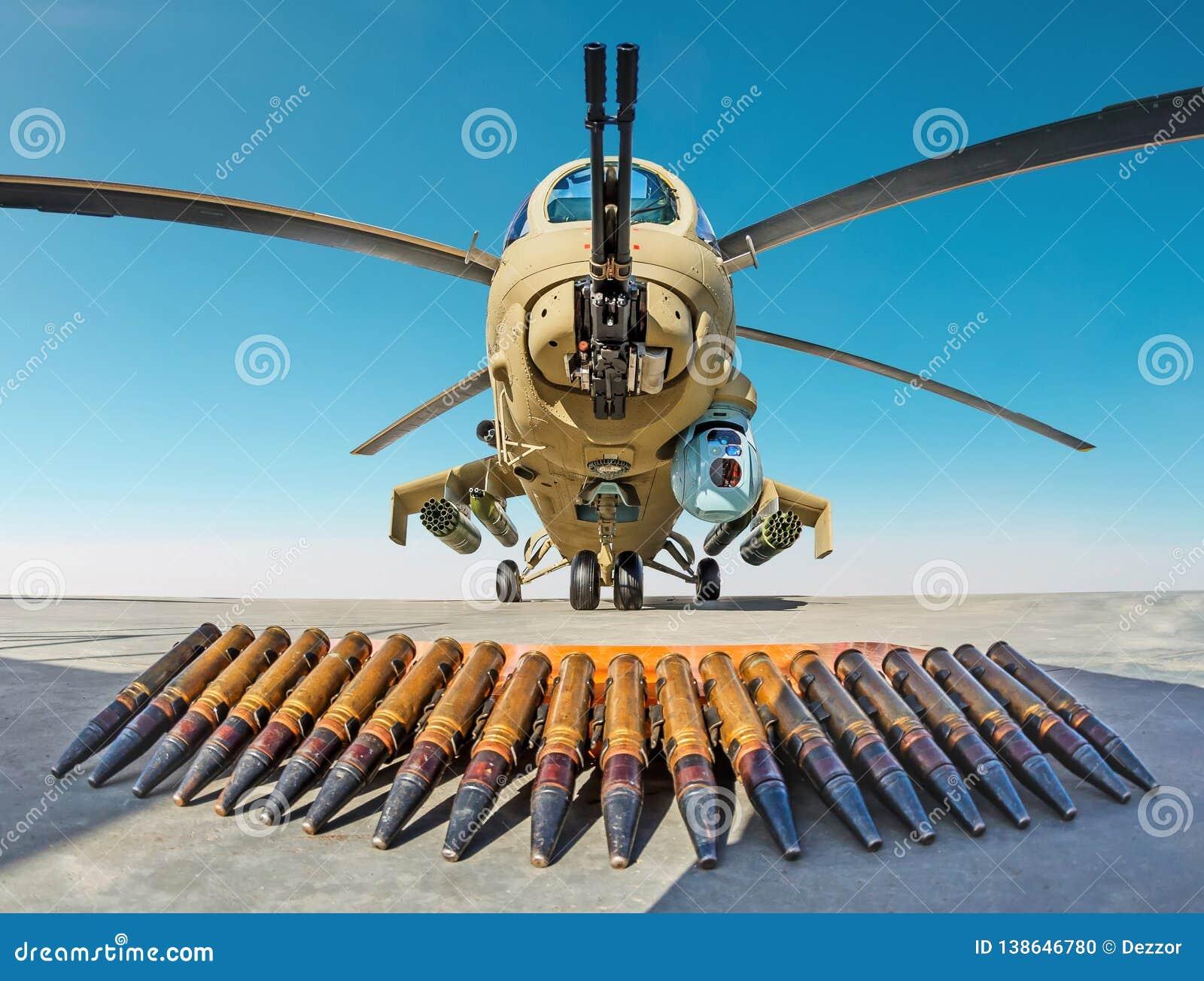 Helicóptero de combate militar con las cáscaras de la munición en la tierra