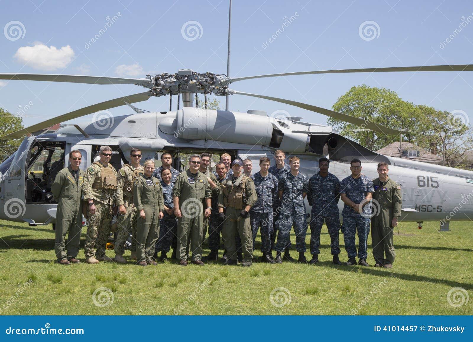 Helicóptero de MH-60S do esquadrão cinco do combate do mar do helicóptero com a equipe do EOD da marinha dos E.U. que descola apó