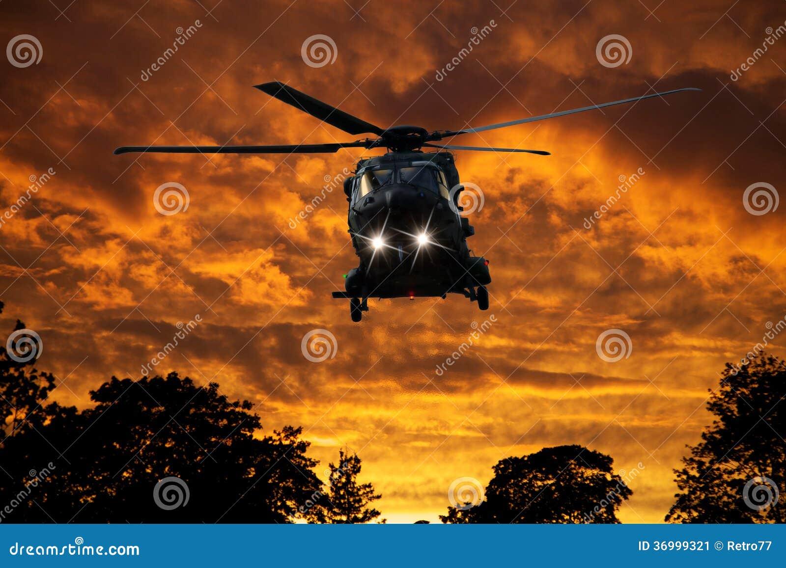 Helicóptero en la puesta del sol