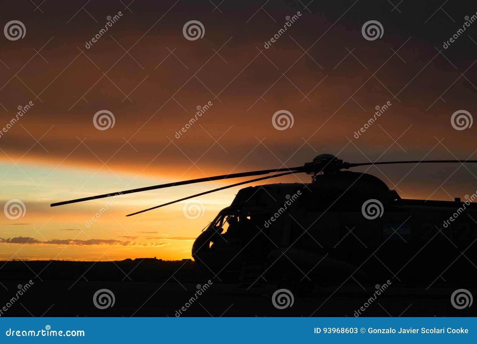 Helicóptero en la salida del sol